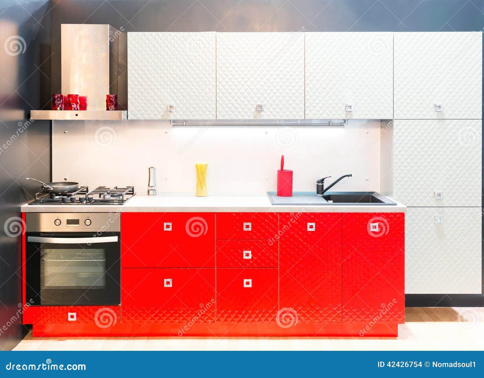 Tiro interior de la cocina moderna con la luz del estudio