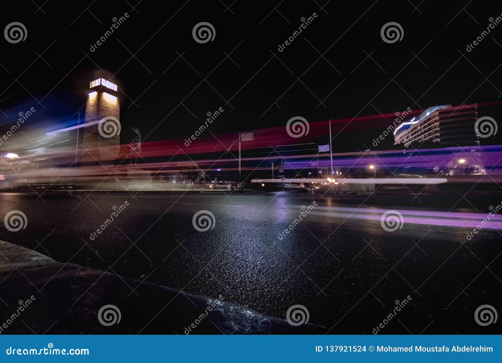 Tiro largo de la exposición para el tráfico en el puente del EL el Nilo de Qasr en El Cairo Egipto
