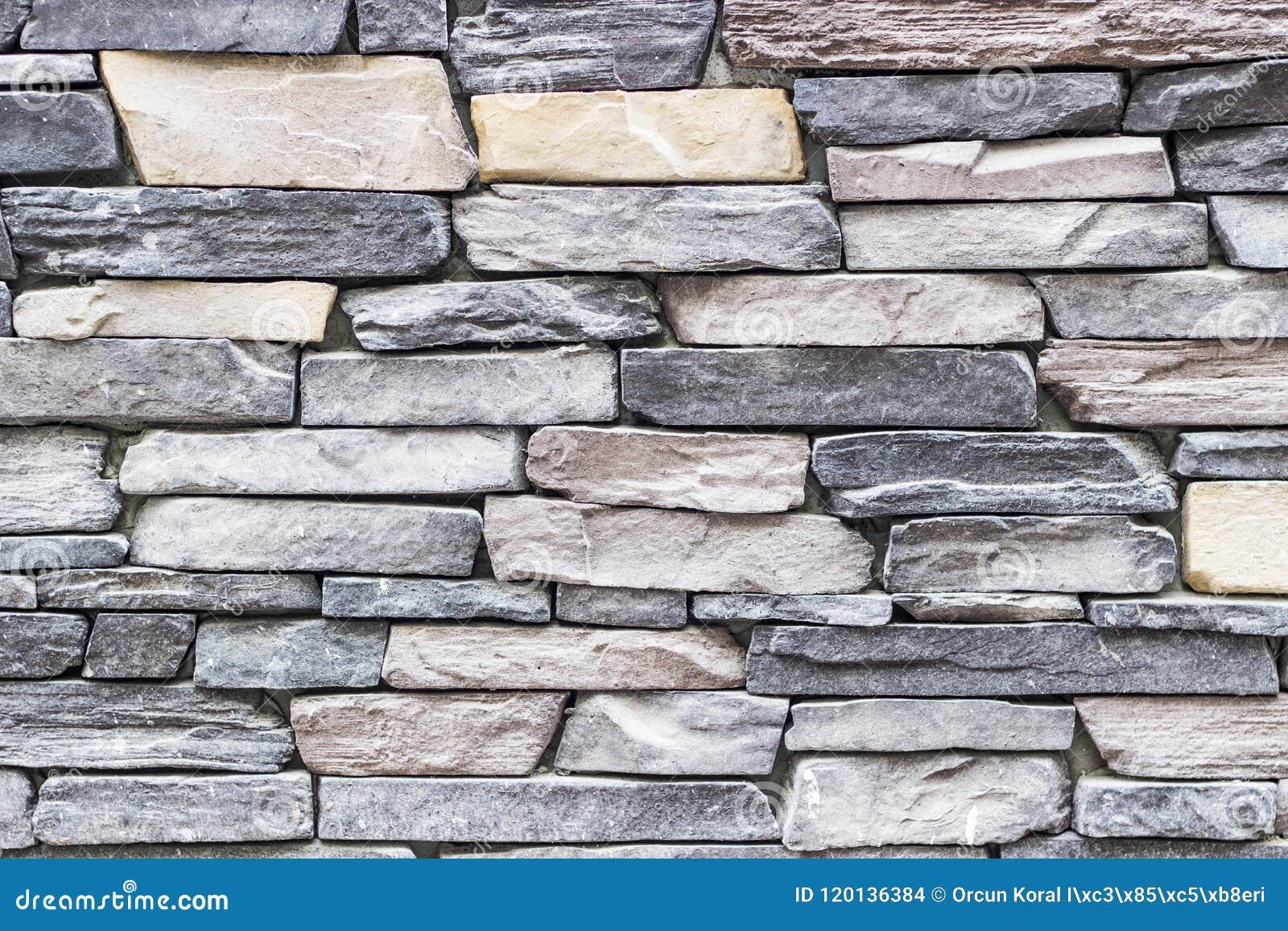 Tiro largo dianteiro da parede de pedra colorida destacada do retângulo da alvenaria em Izmir em Turquia com estuque tradicional