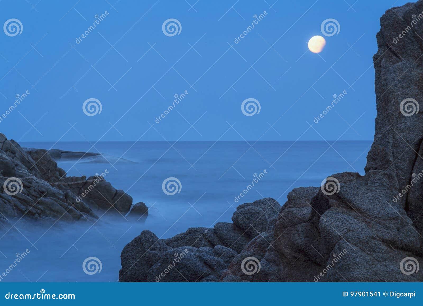 Tiro litoral com rochas, imagem longa da noite da exposição da costela