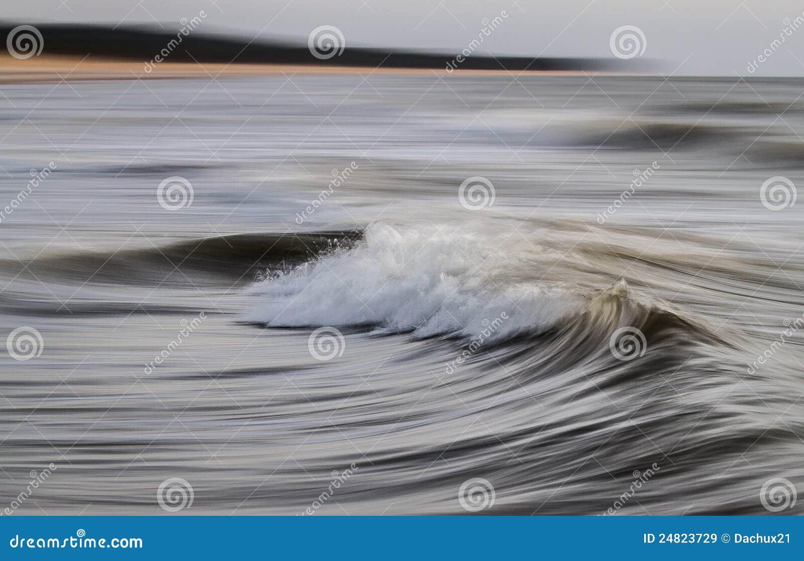 Tiro longo da exposição de ondas do mar