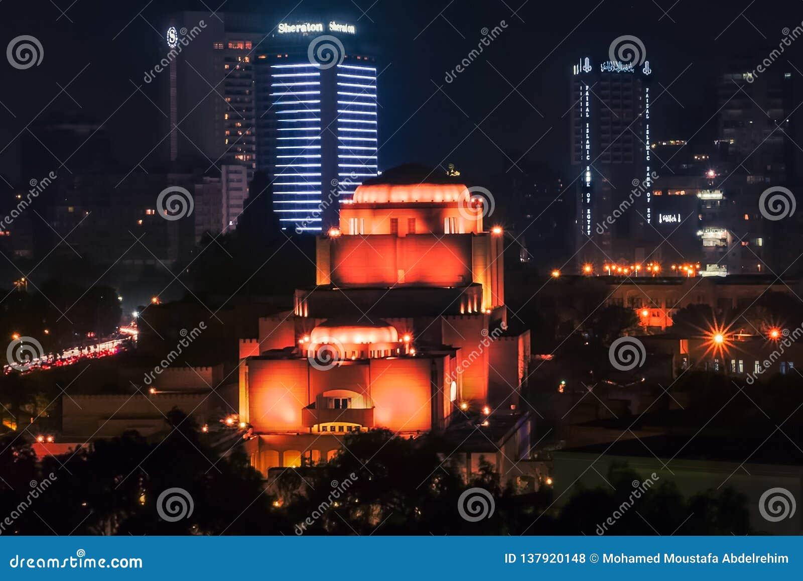 Tiro longo da exposição da noite para o teatro da ópera do Cairo e luzes no Cairo Egito