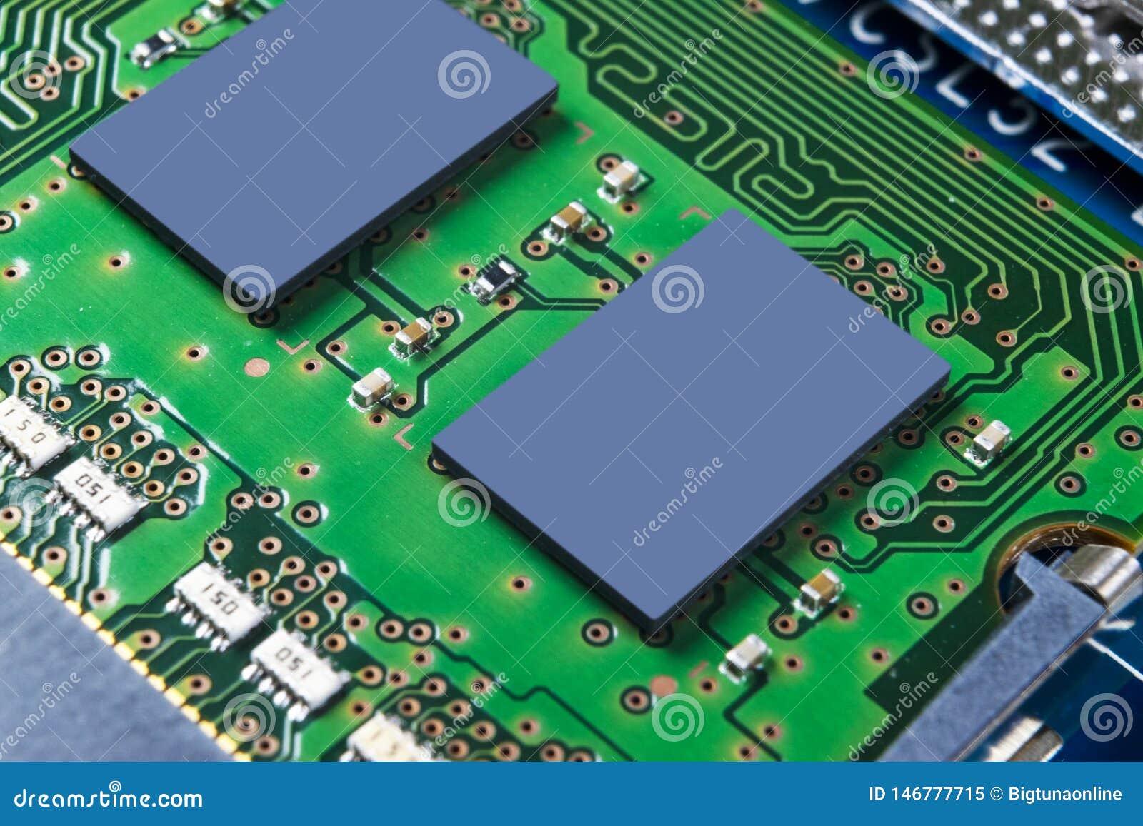Tiro macro da placa de circuito com microchip dos resistores e componentes eletr?nicos Tecnologia de material inform?tico Communi