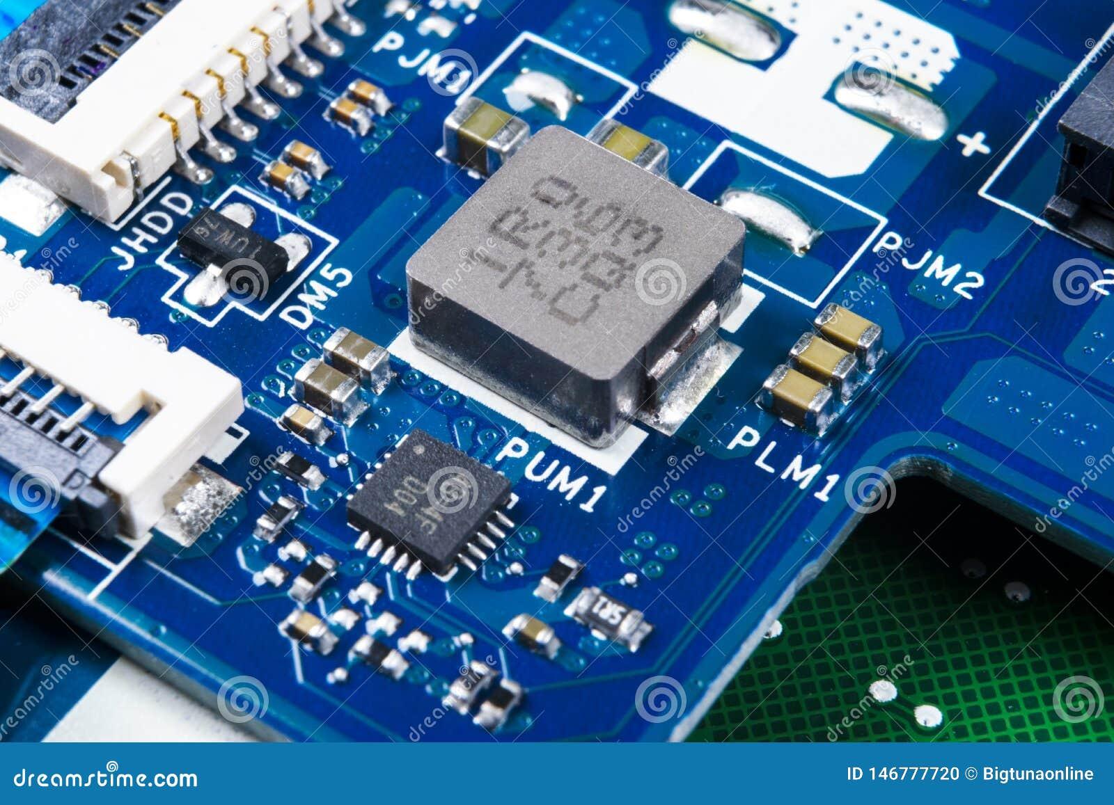 Tiro macro de la placa de circuito con los microchipes de los resistores y los componentes electr?nicos Tecnolog?a del hardware C