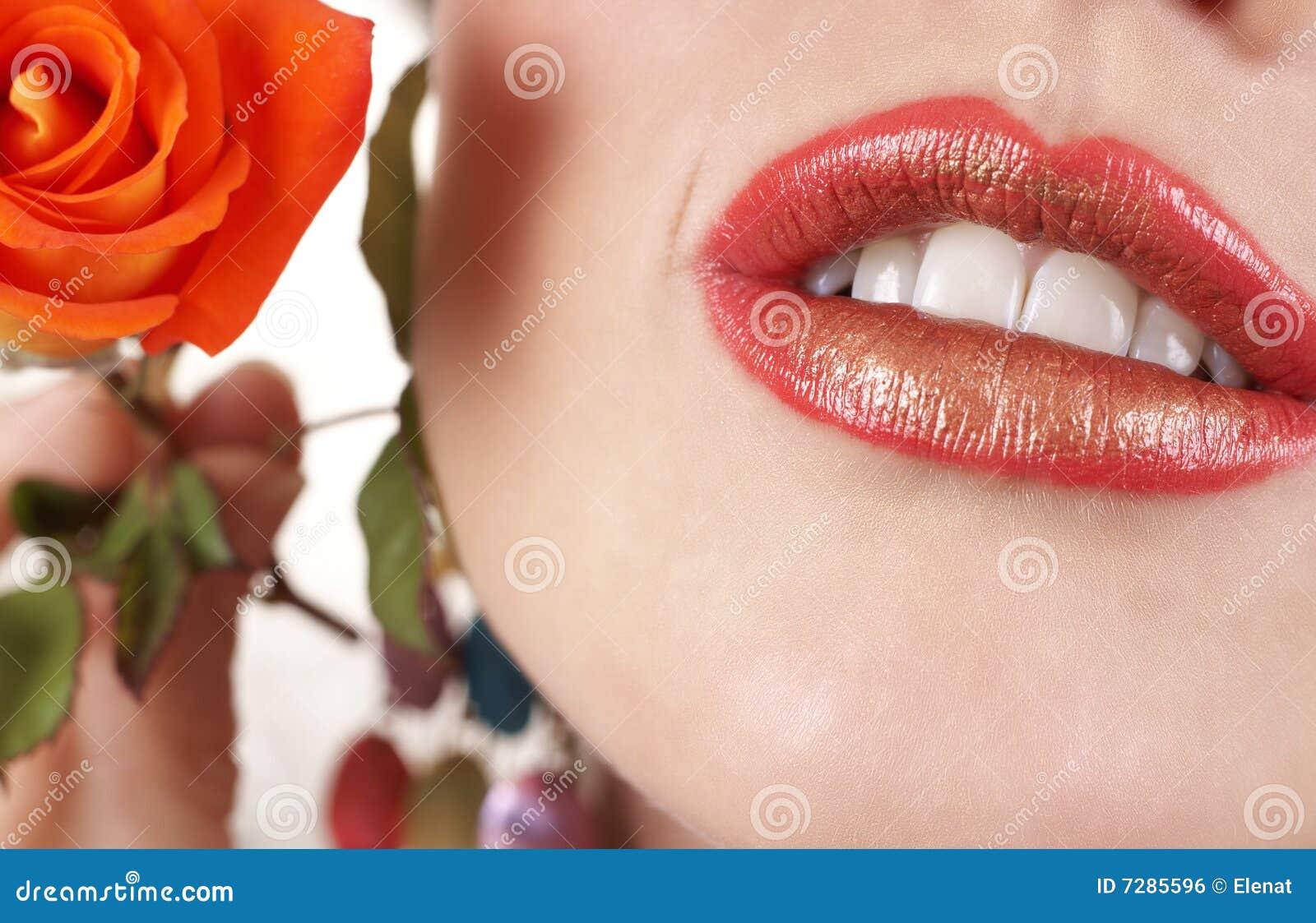 Tiro macro de labios llenos hermosos