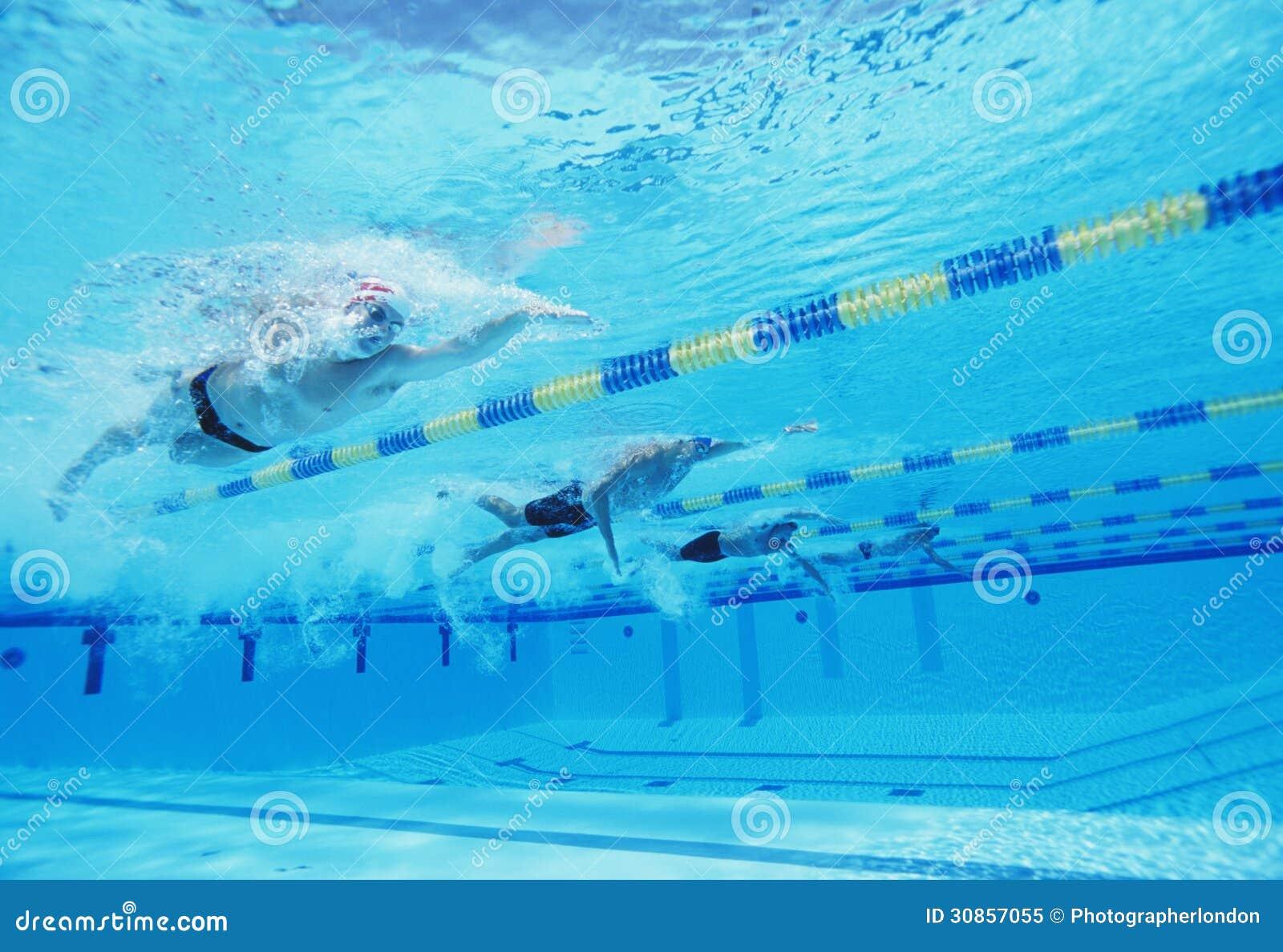 Tiro subaquático de quatro atletas masculinos que competem na piscina