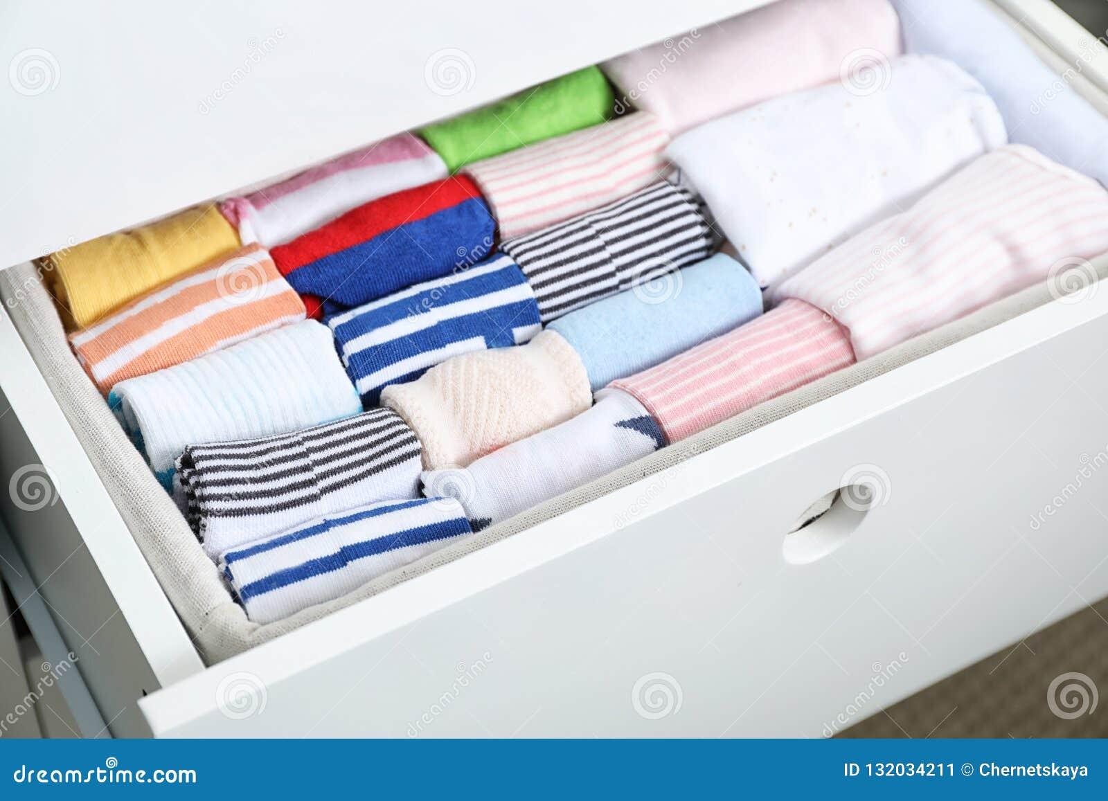 Tiroir de garde-robe avec beaucoup de chaussettes d enfant