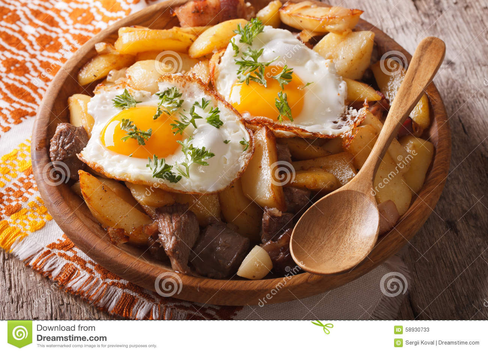 tiroler küche: gebratene kartoffeln mit fleisch und einahaufnahme
