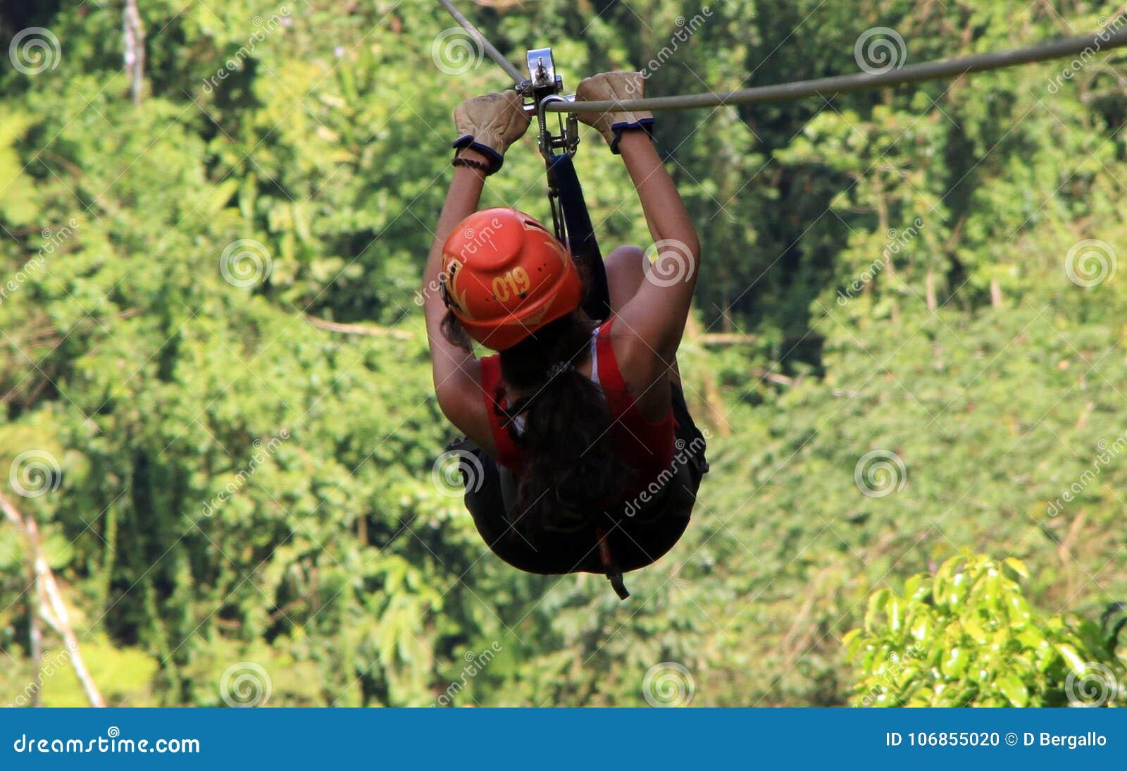 Tirolesa de la guarnición de la cremallera del toldo en Costa Rica Tour Beautiful Girl
