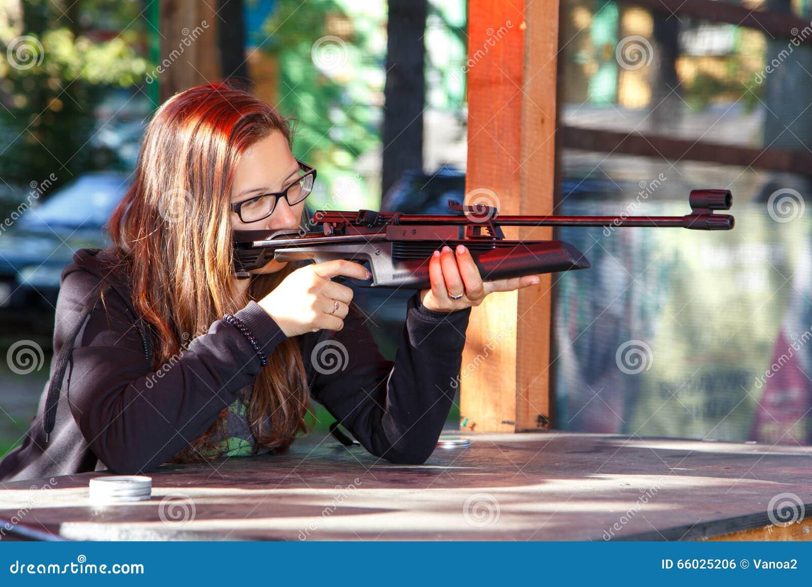 Tiroteo elegante de la muchacha de la escopeta de aire comprimido