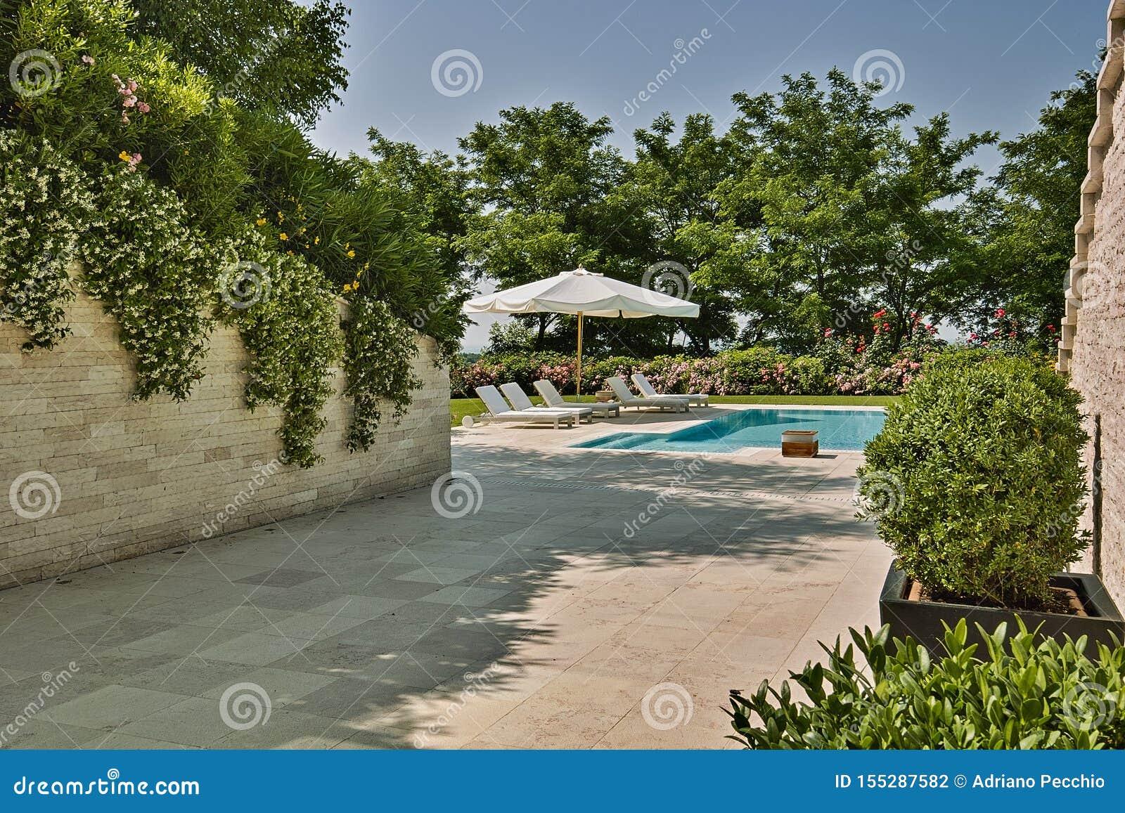 Tirs d extérieurs d une piscine moderne