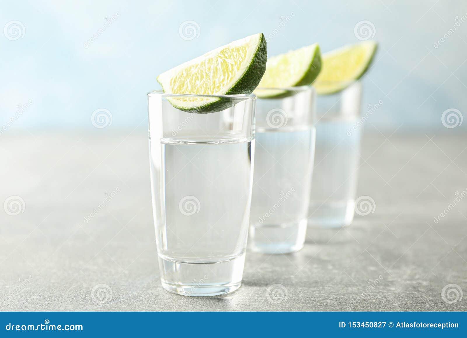 Tirs de tequila avec des tranches de chaux