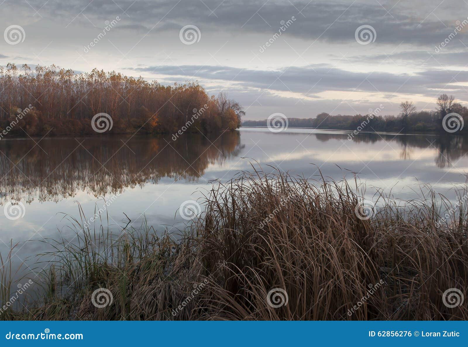 Tisarivier in de middag van de herfstnovember