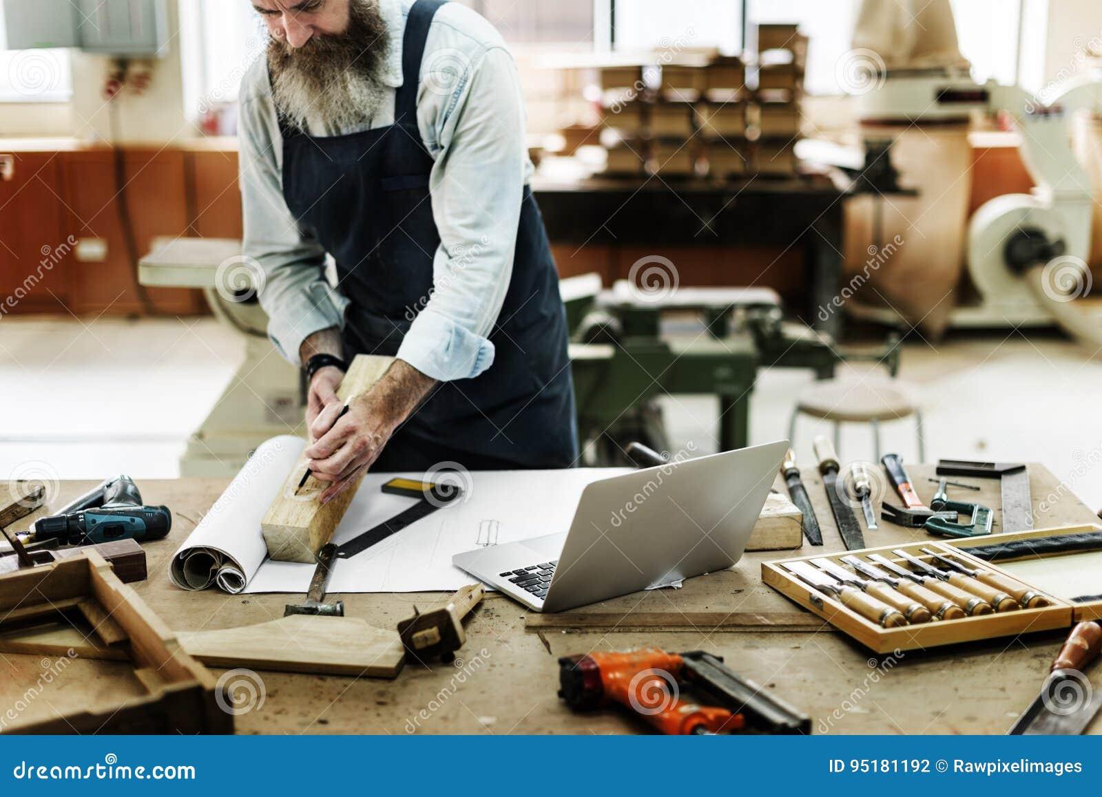 Tischler, der allein an der Werkstatt arbeitet