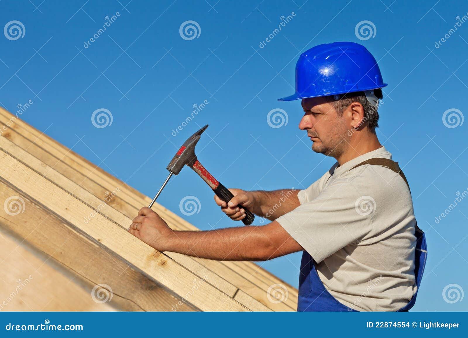 Tischler, der an dem Dach arbeitet