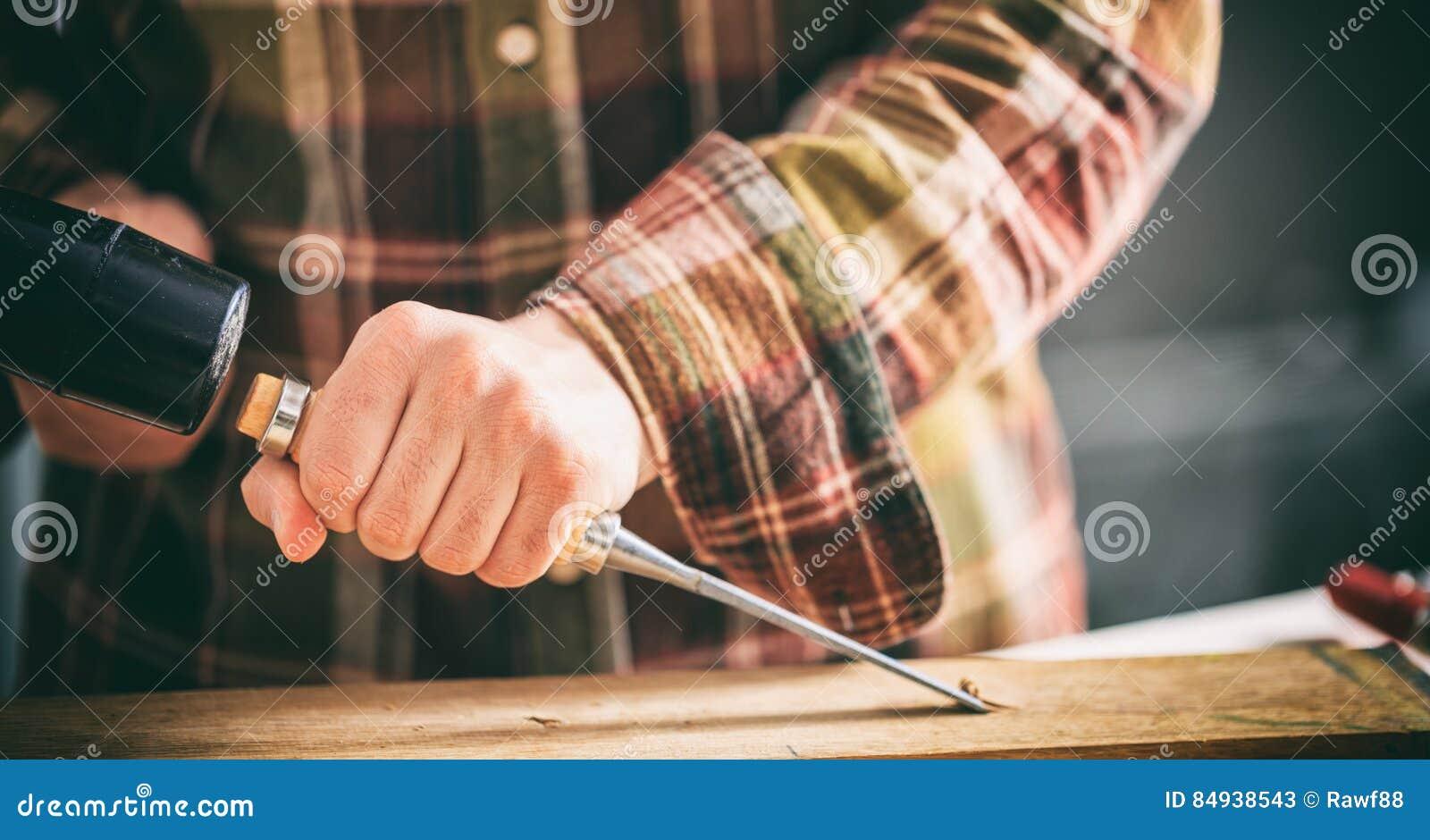 Tischler, der mit einem Meißel arbeitet