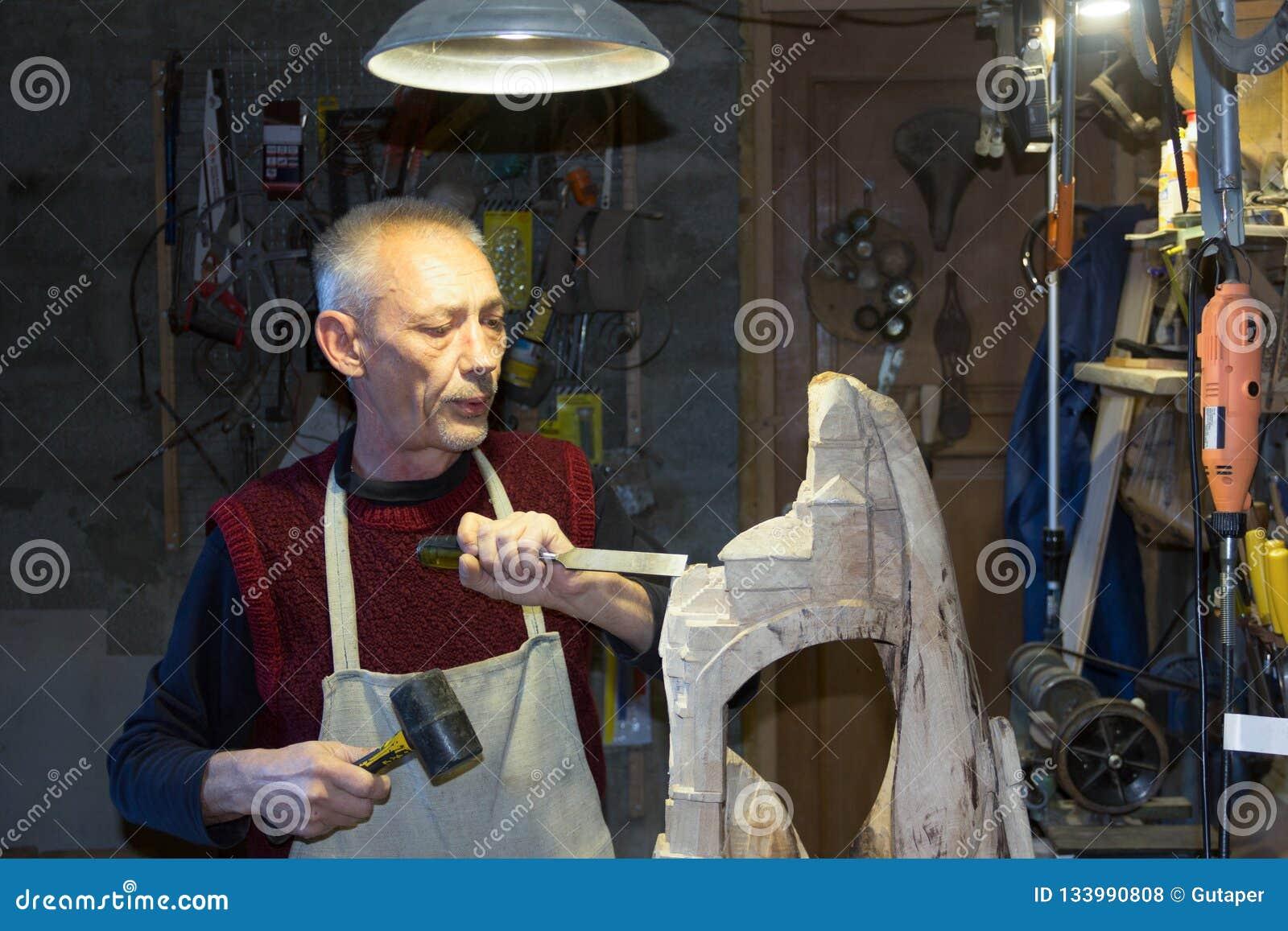 Tischler, der in seiner Holzarbeitwerkstatt arbeitet