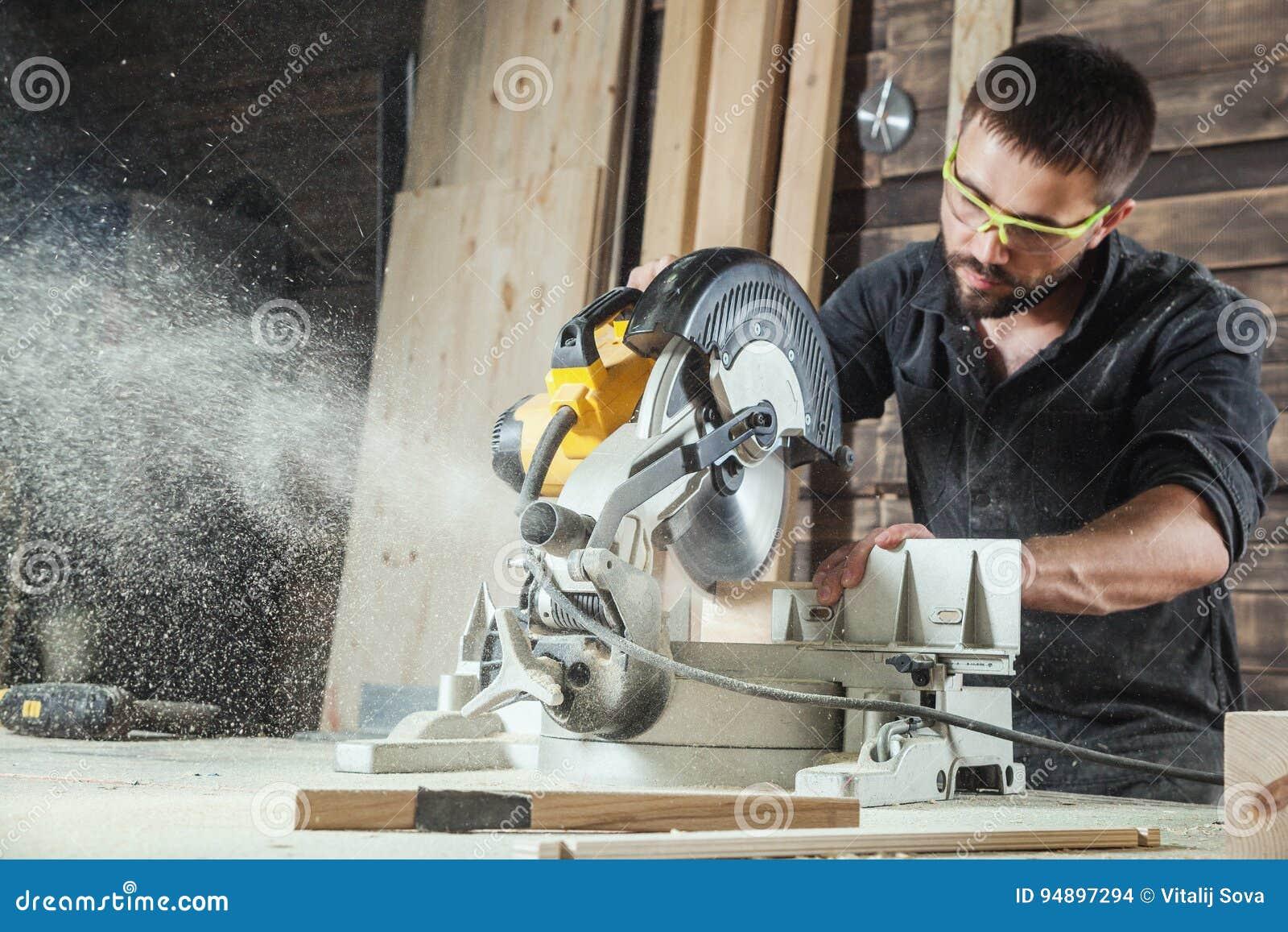 Tischler sägt eine Kreissäge