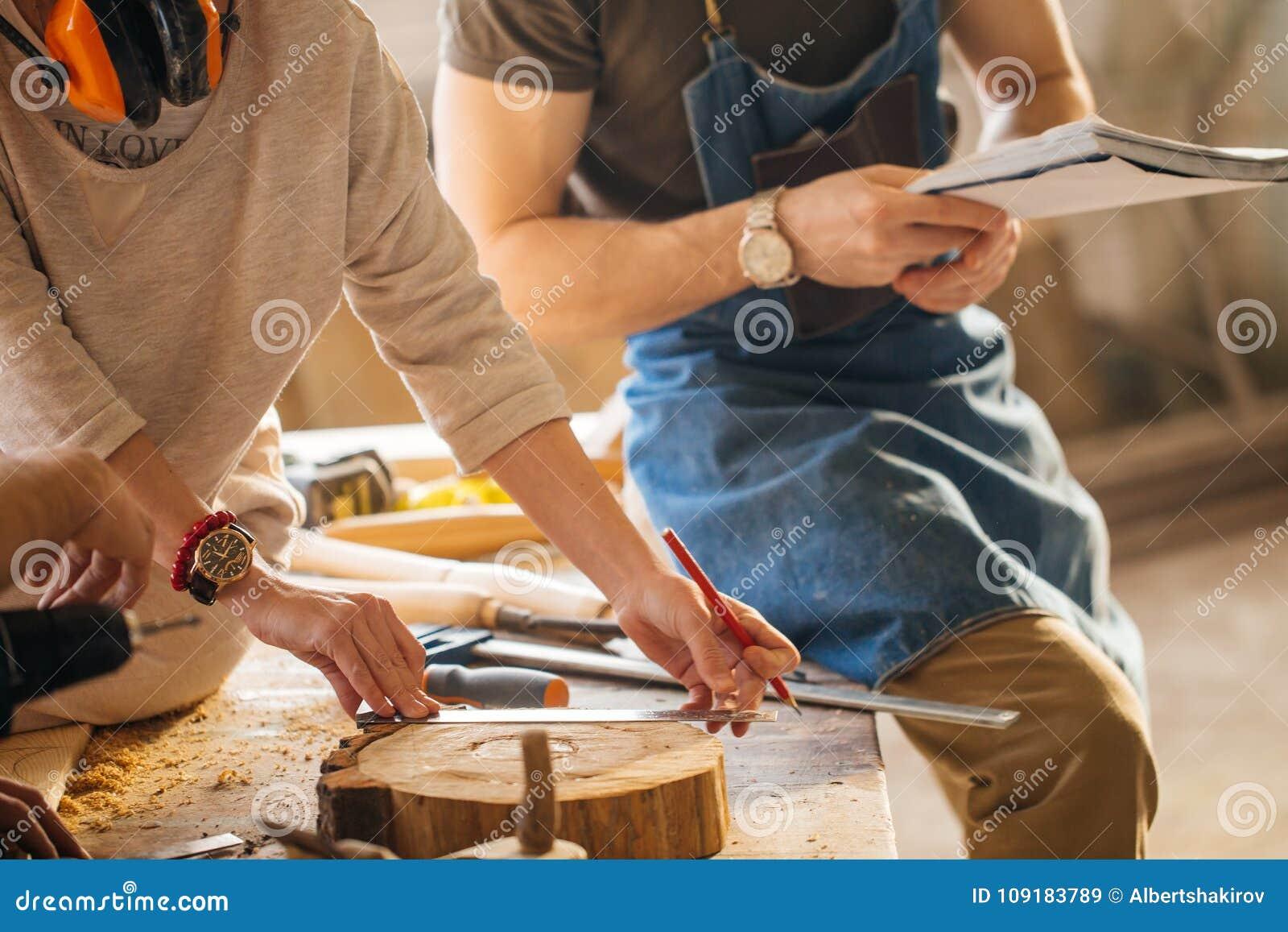 Tischler Training Female Apprentice, zum der Fläche zu benutzen