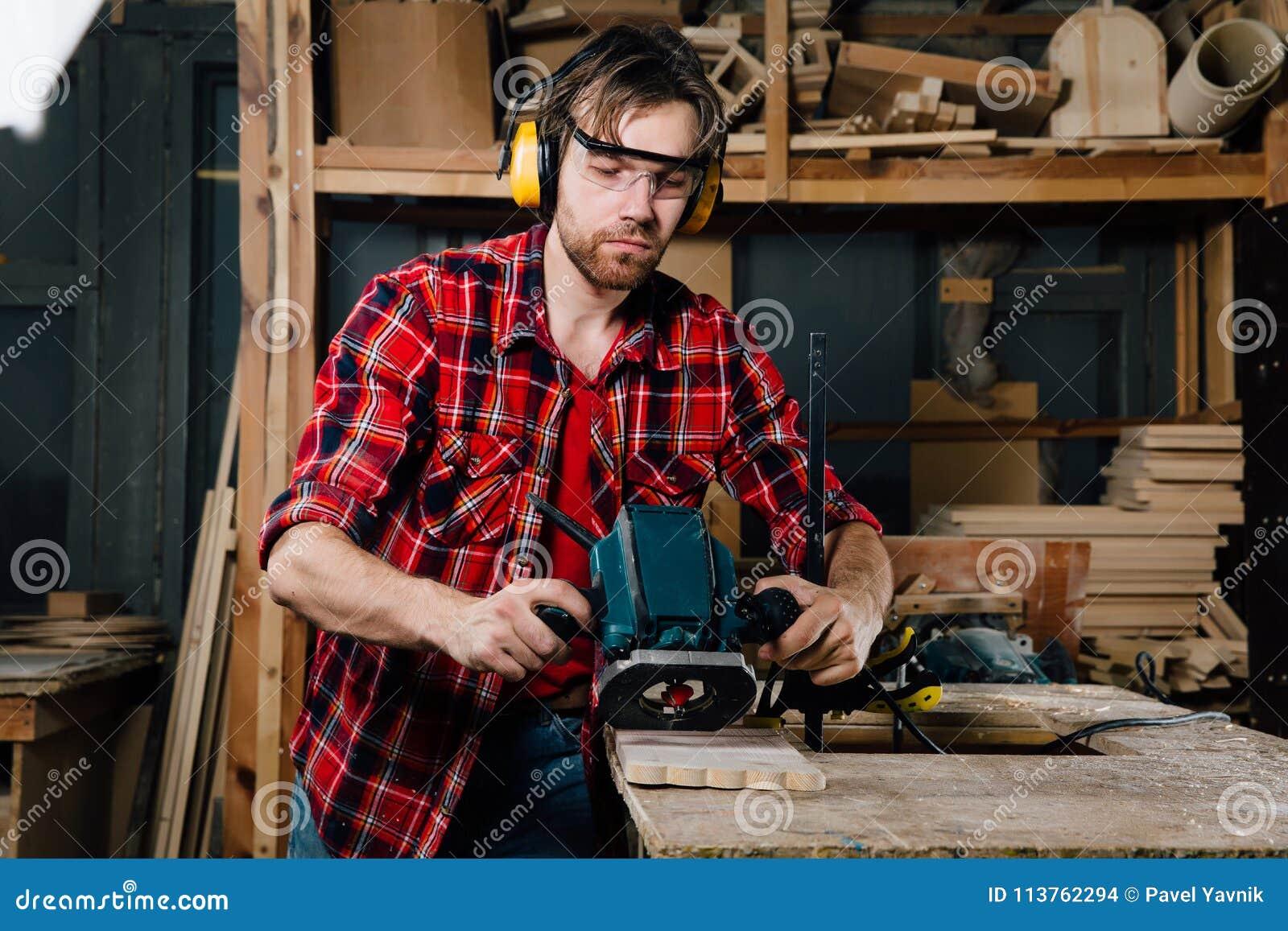 Tischlerfunktion der manuelle Handfräsmaschine in der Zimmereiwerkstatt schreiner