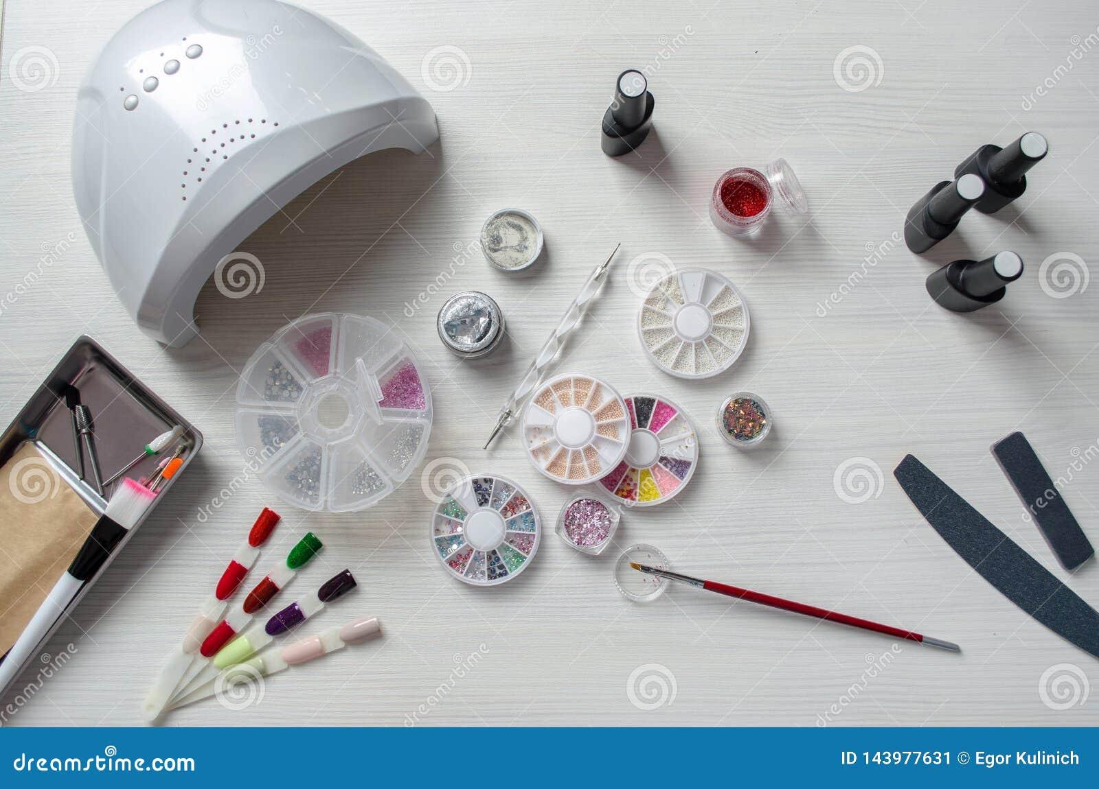 Tischplattenmaniküre Verschiedene Elemente für Nagelentwurf