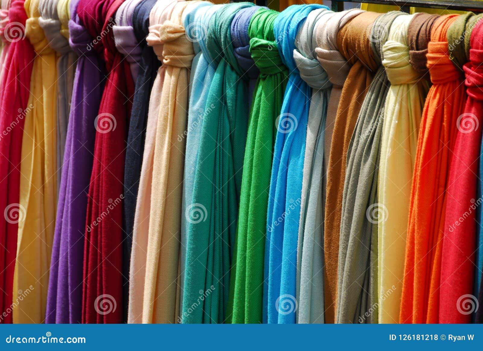 Tissus colorés lumineux attachés à un rail