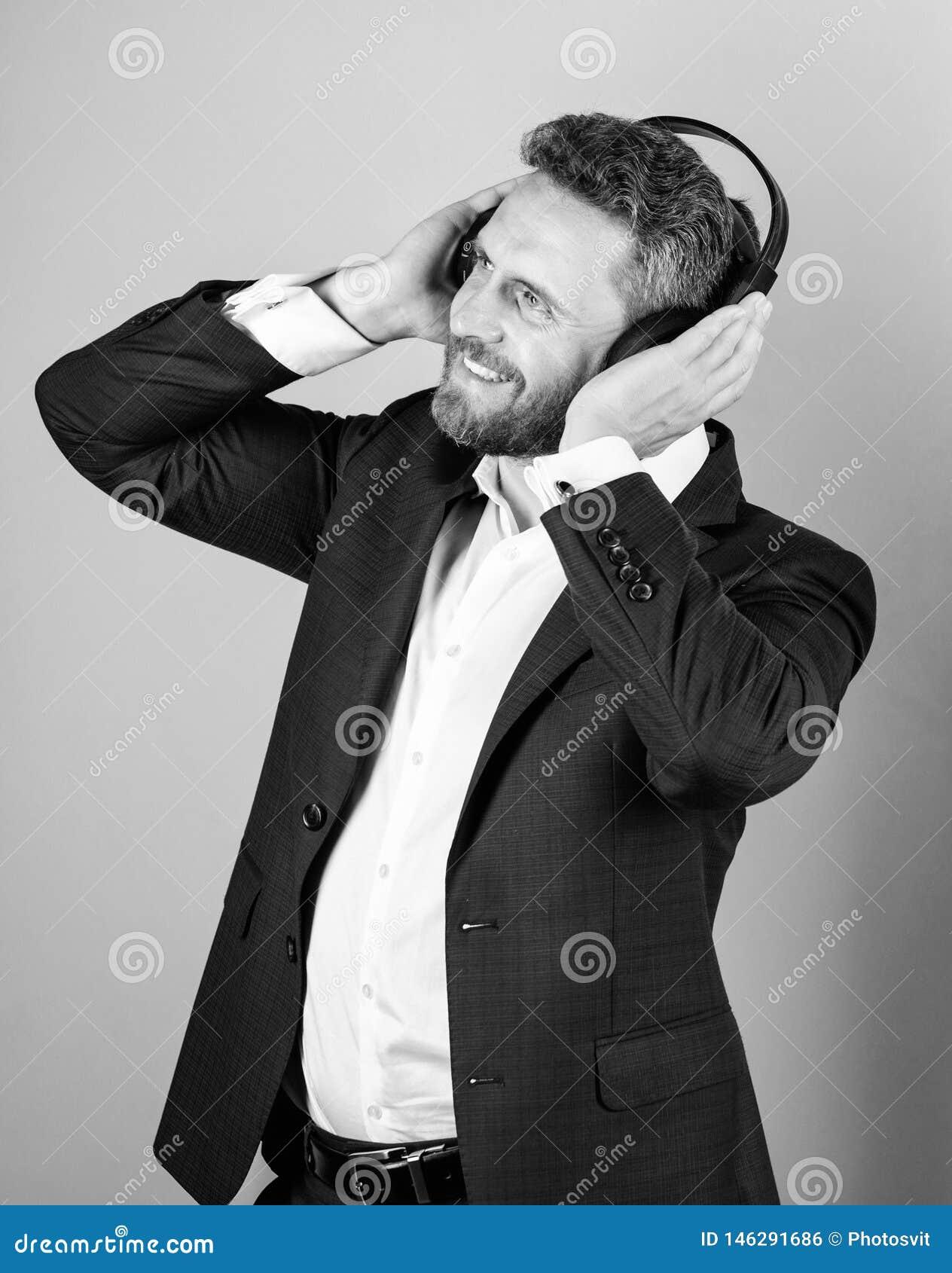 Titelliste f?r B?roarbeit Musikbruch w?hrend des Arbeitstages Gesch?ftsmann mit h?render Musik der Kopfh?rer Gesch?ftsmann
