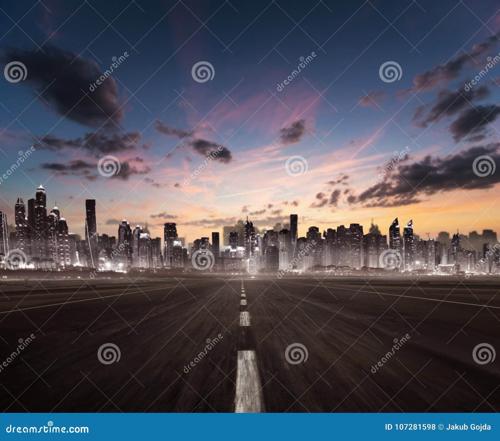 Titre vide d autoroute pour la ville moderne avec le silh de gratte-ciel