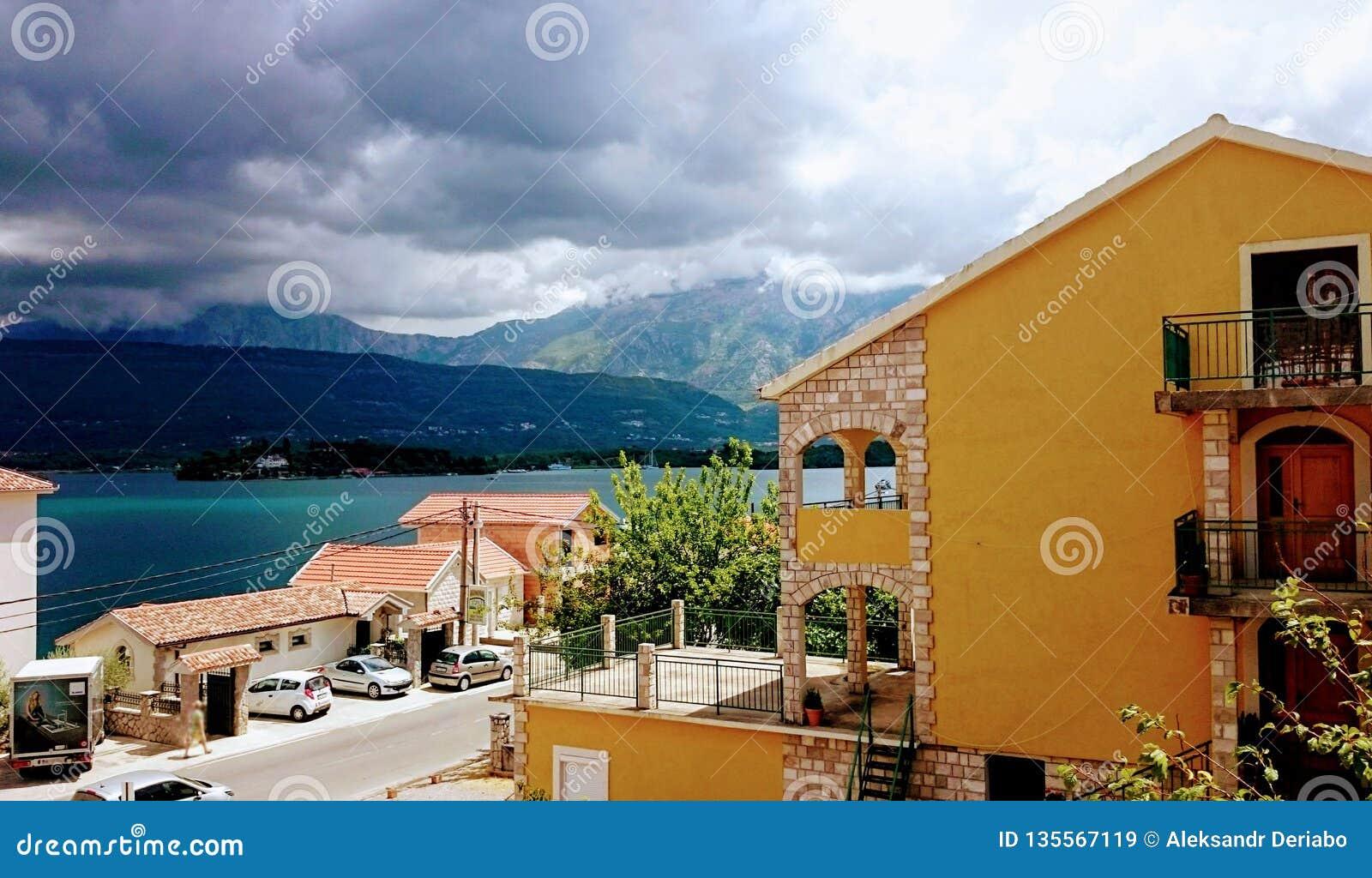 Tivatbaai, Mooi meningslandschap van plattelandshuisje, Montenegro, 26 juli 2017