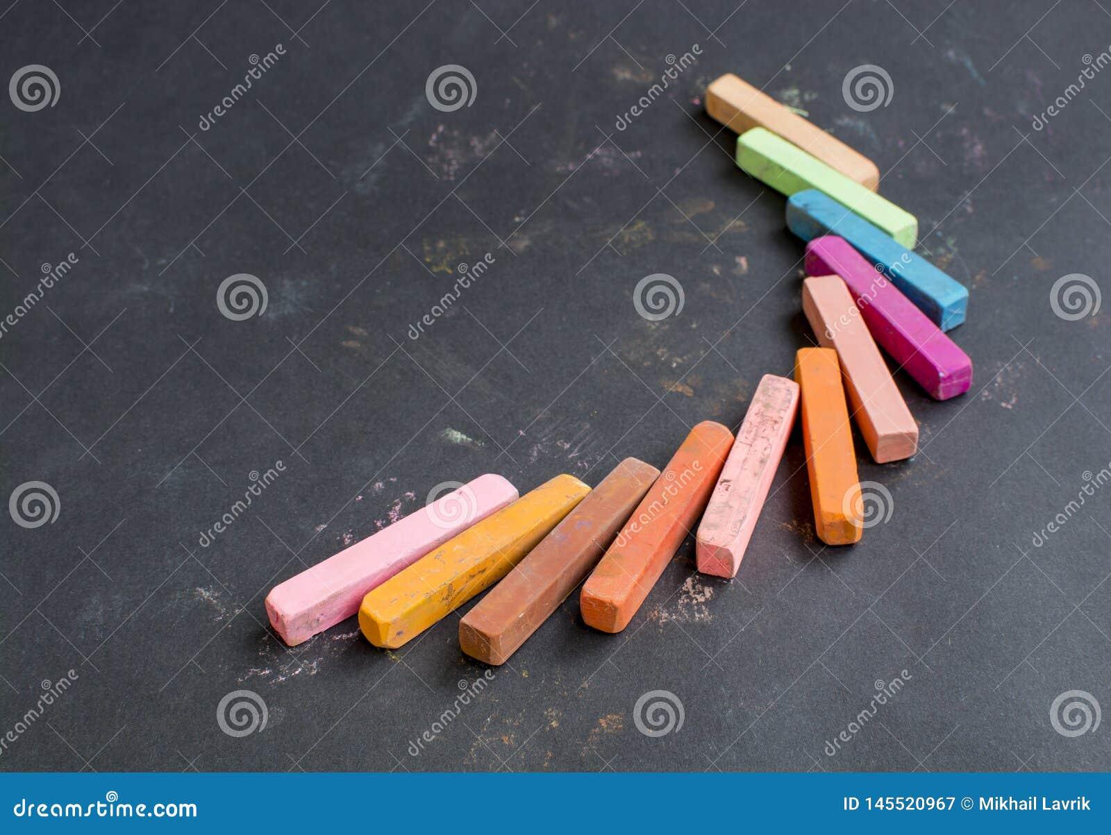 Tiza multicolora en un fondo negro