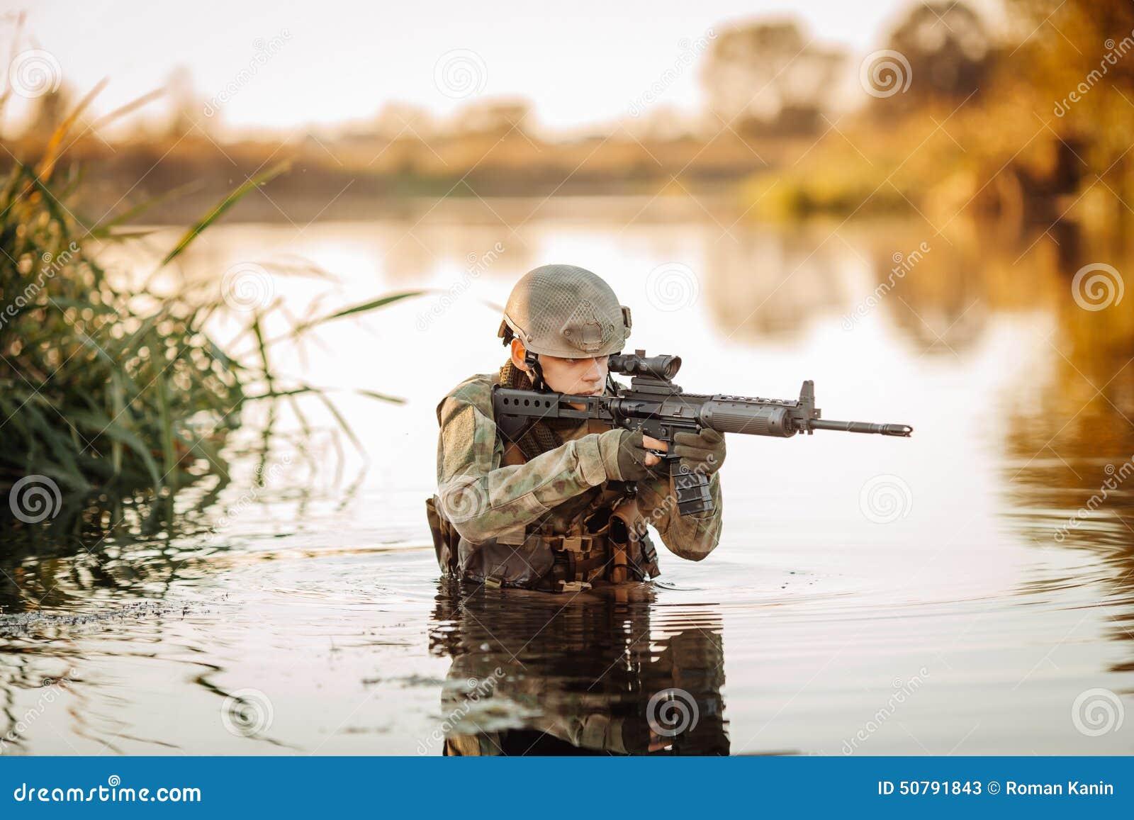 Tjäna som soldat flyttningen till och med vattnet och att sikta på fienden