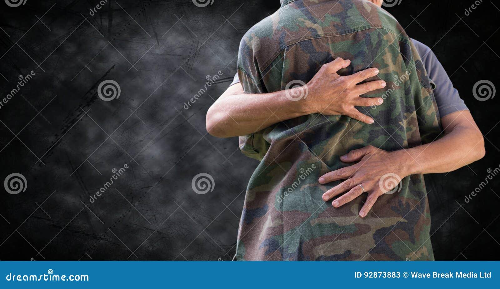 Tjäna som soldat krama det mitt- avsnittet mot svart grungebakgrund