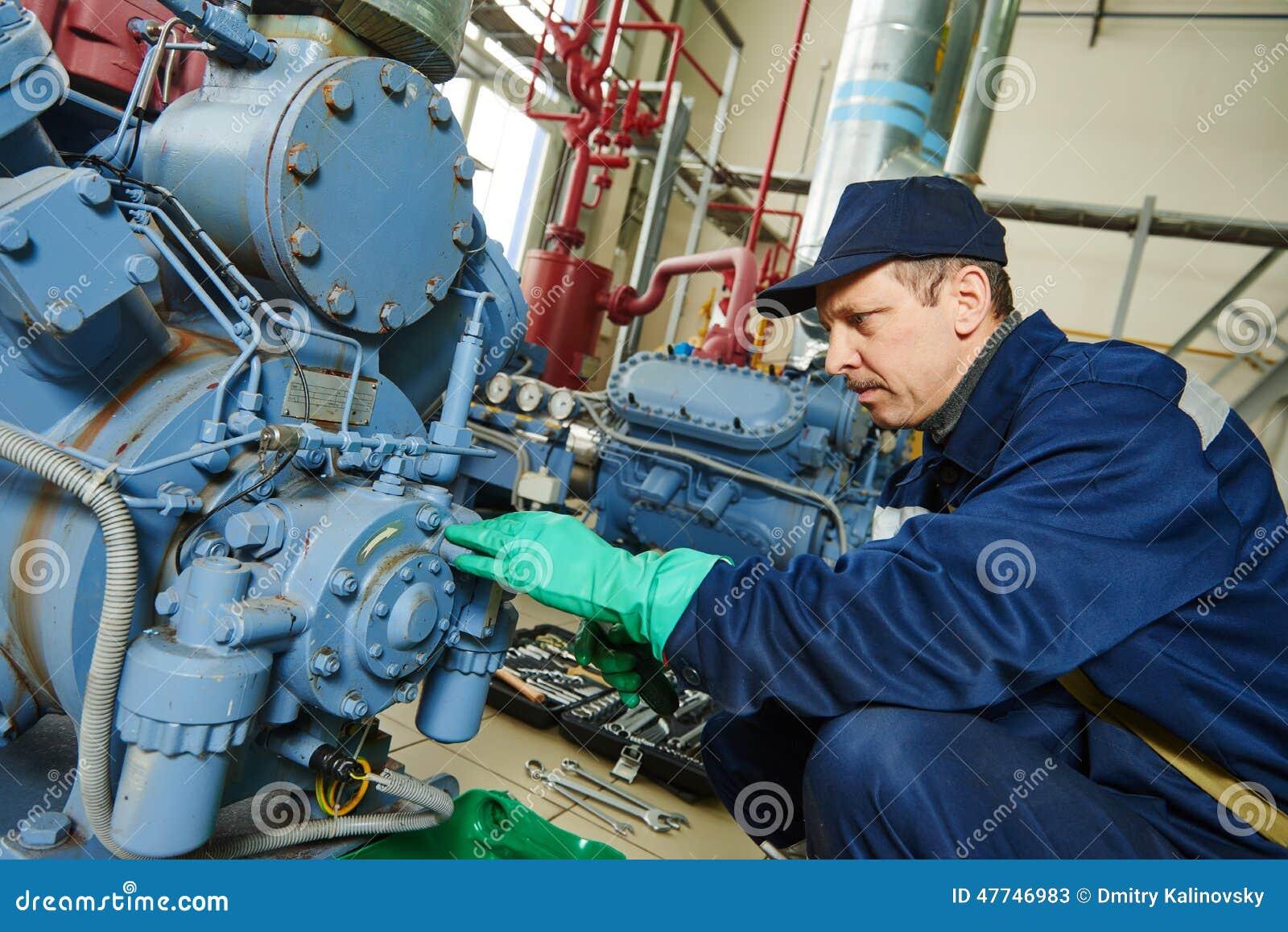 Tjänste- arbetare på den industriella kompressorstationen