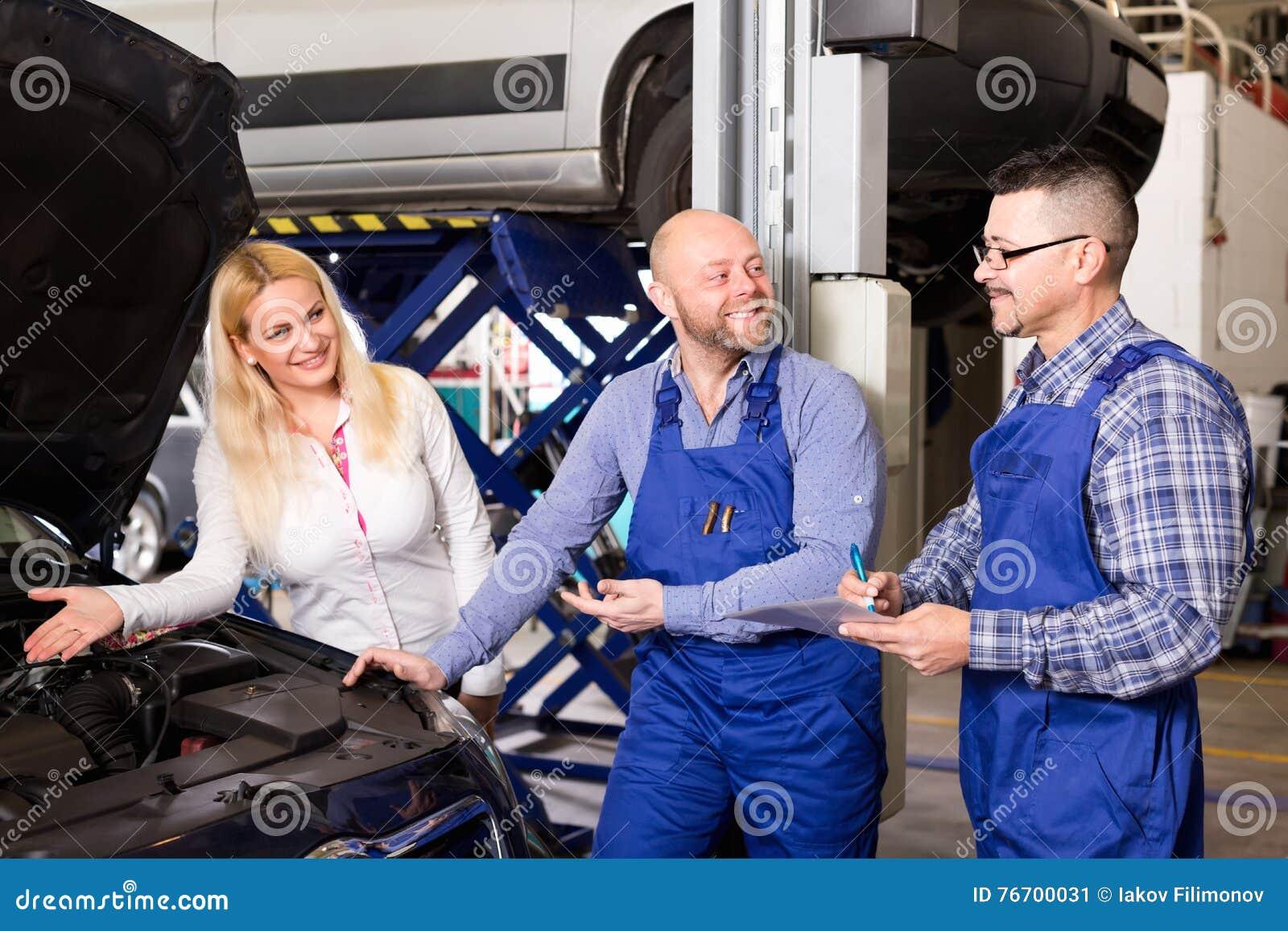 Tjänste- besättning och chaufför nära bilen