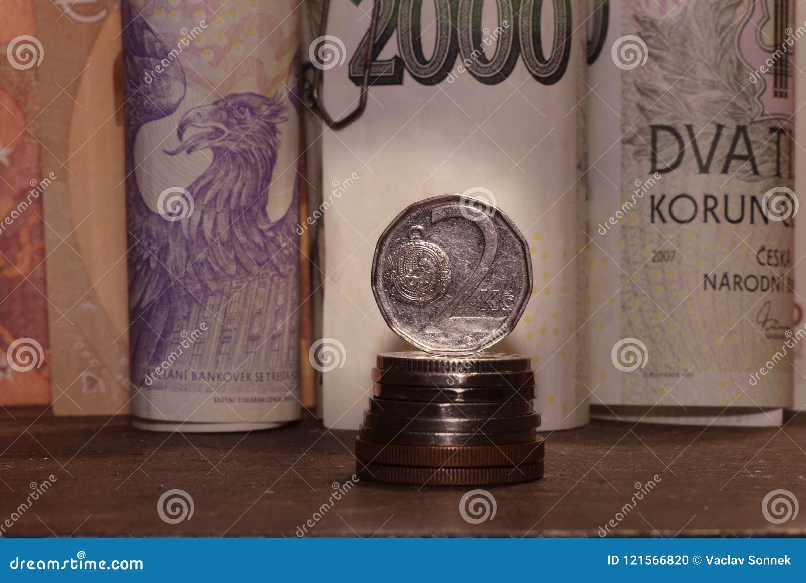 Tjeckiska pengar på skrivbordet Det finns sedlar och kronor