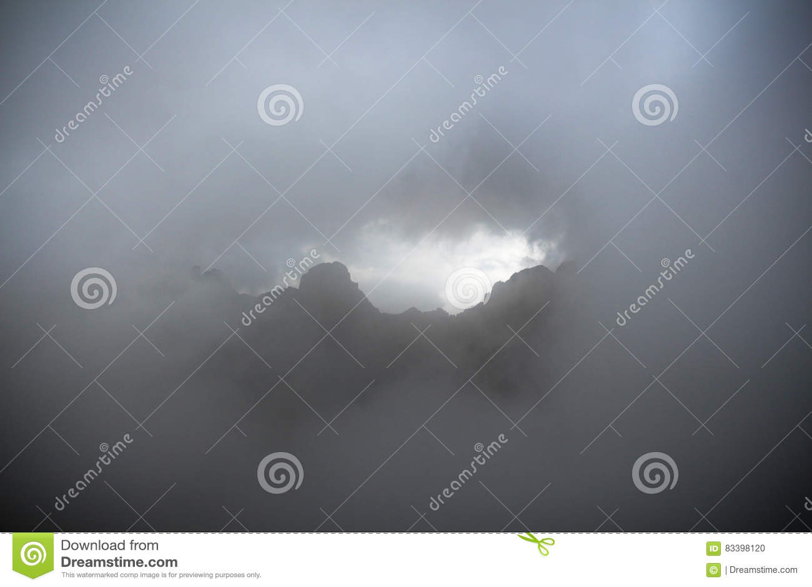 Tjock dimma i bergen
