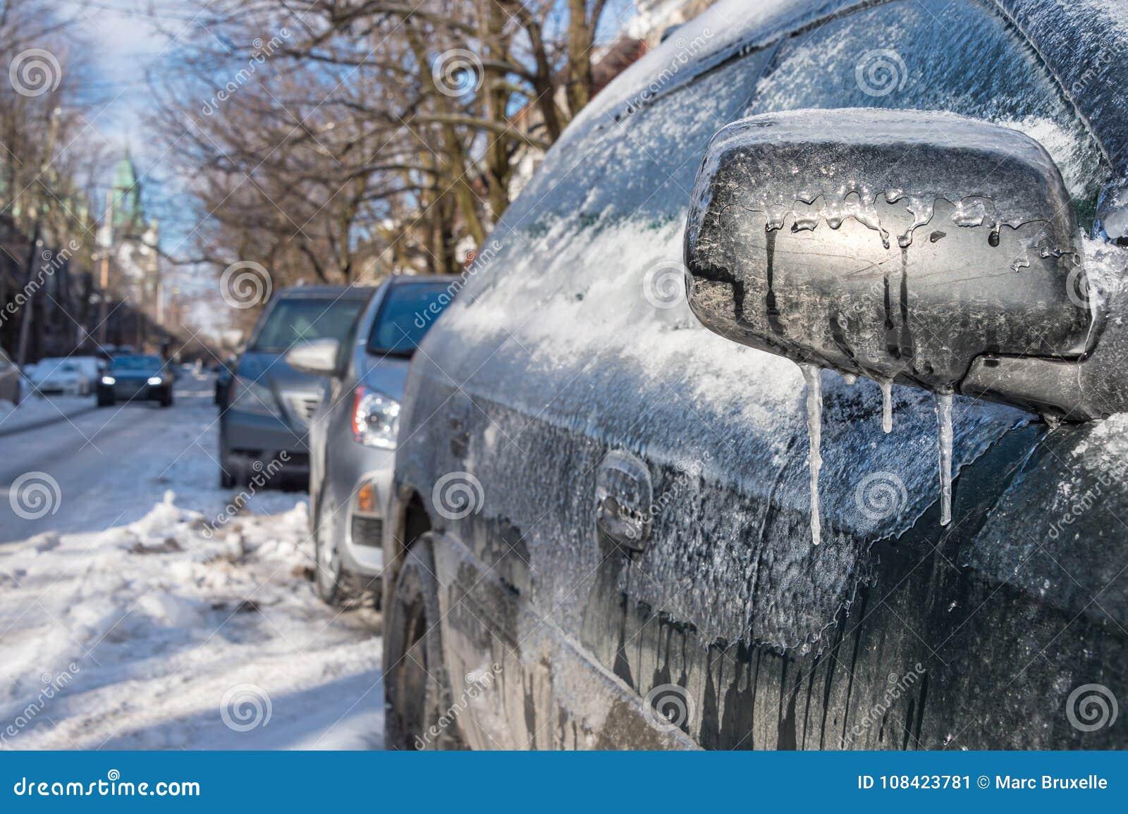 Tjockt lager av is på bilen, når att ha fryst regn