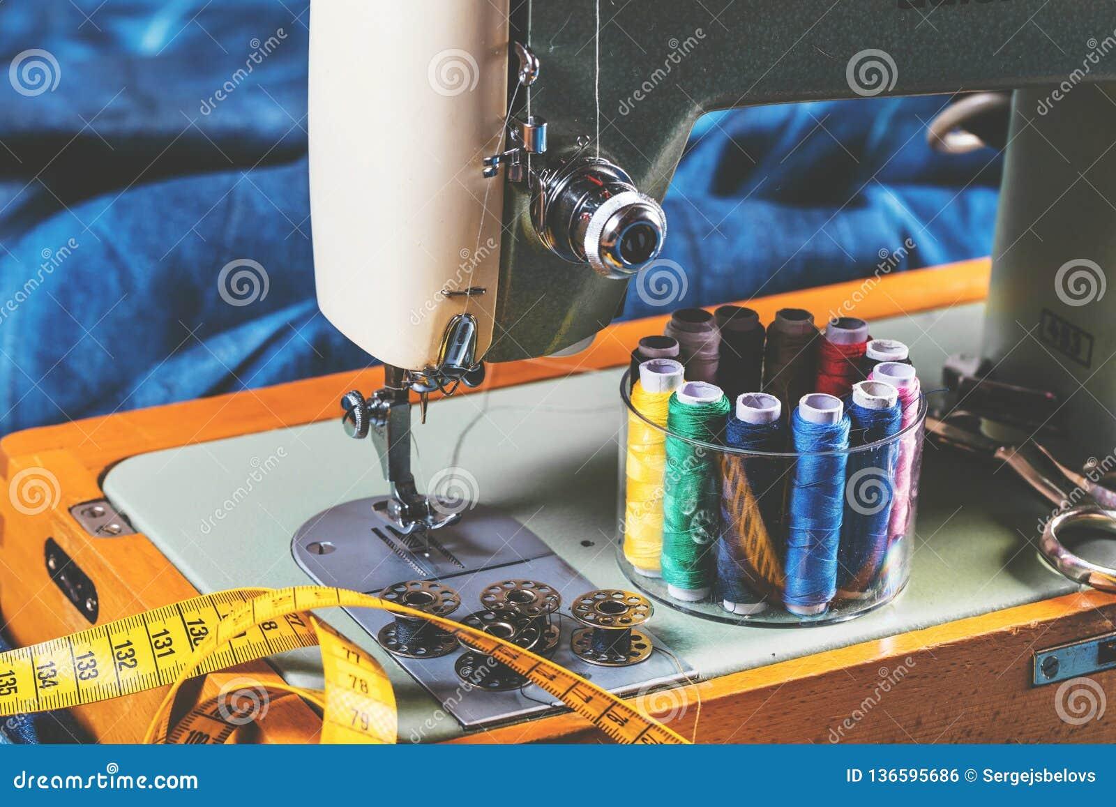 Tkanina różnorodni typy i przedmioty dla szyć Stubarwna tkanina, nić nawija, igły, szwalna łapa potrzebuje dla szyć