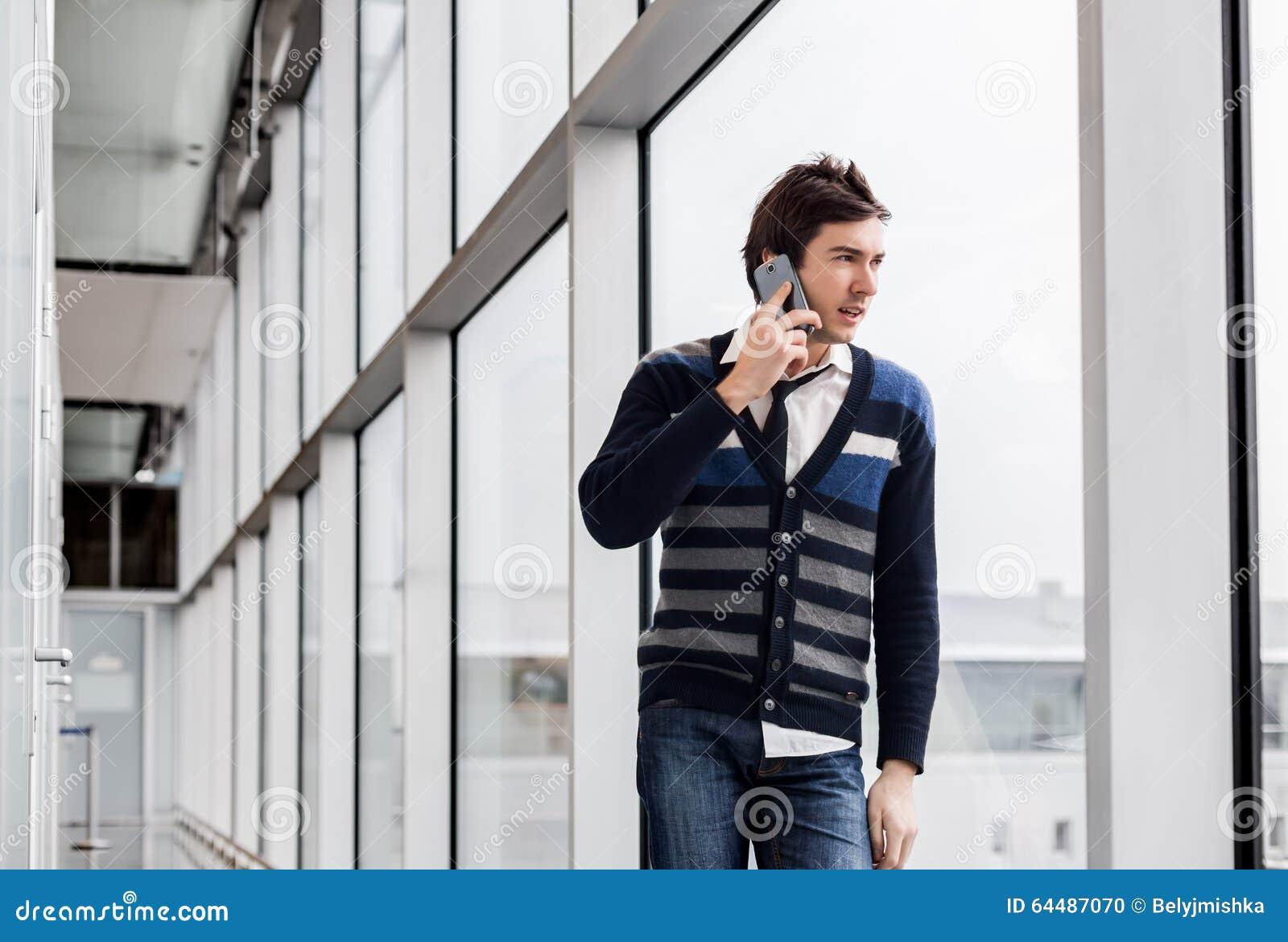 photo stock tlphone parlant urbain d homme affaires prs une fentre image