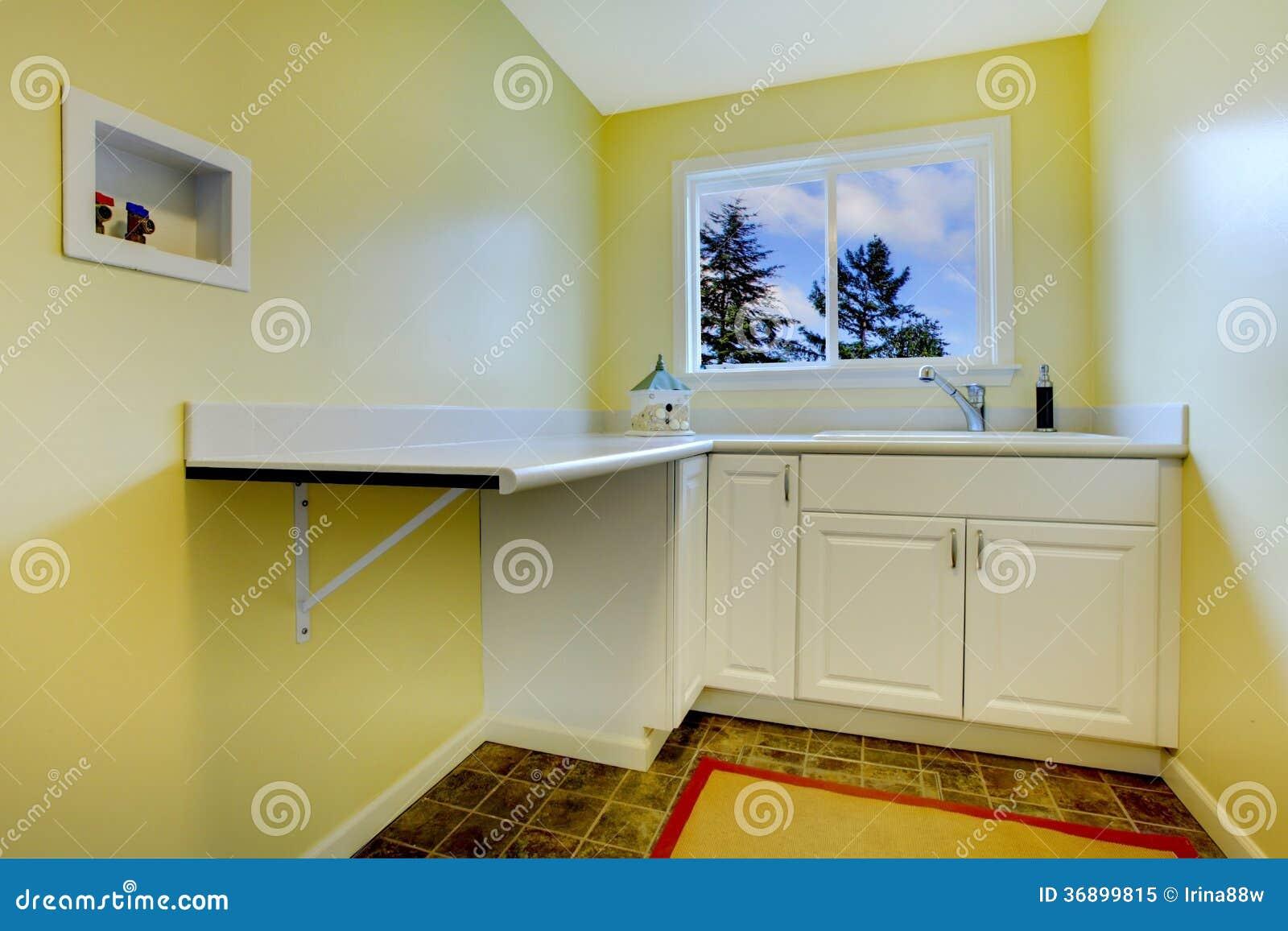 Töm gul tvättstuga royaltyfri foto   bild: 36899815