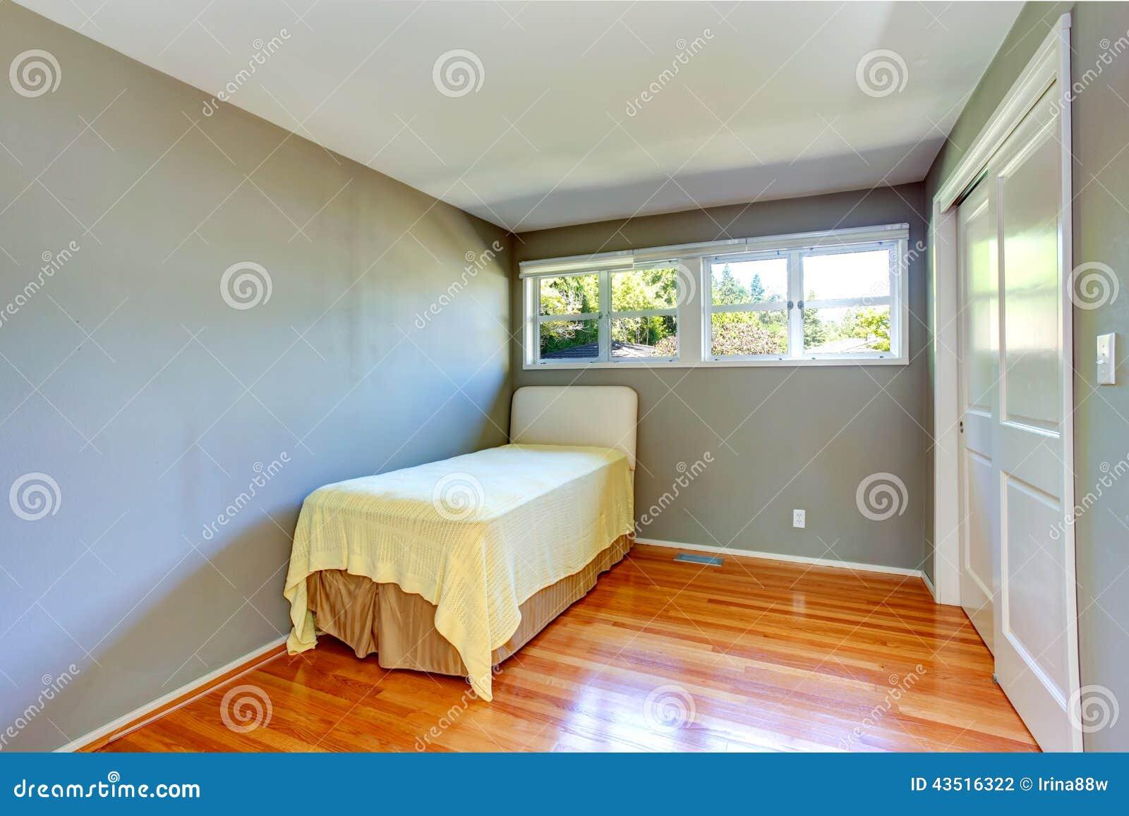 Töm husinre grått sovrum med enkel säng arkivfoto   bild: 43516322