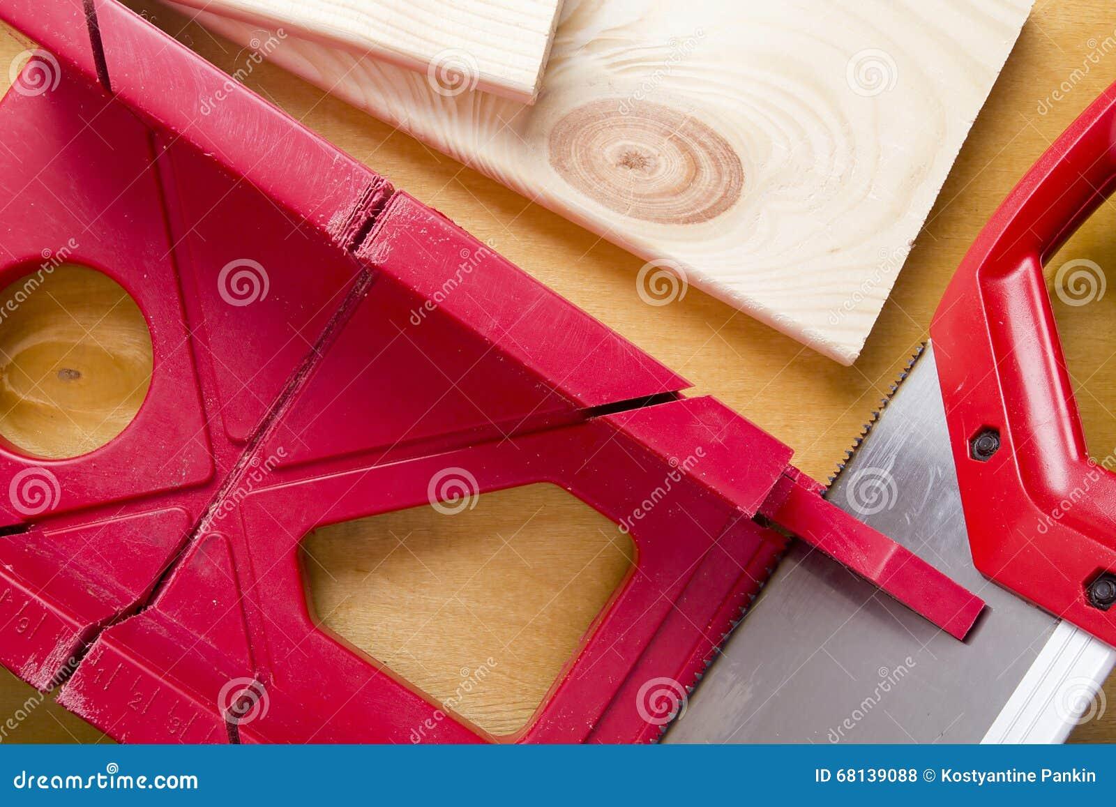 Tnące deski używa miter saw i pudełko
