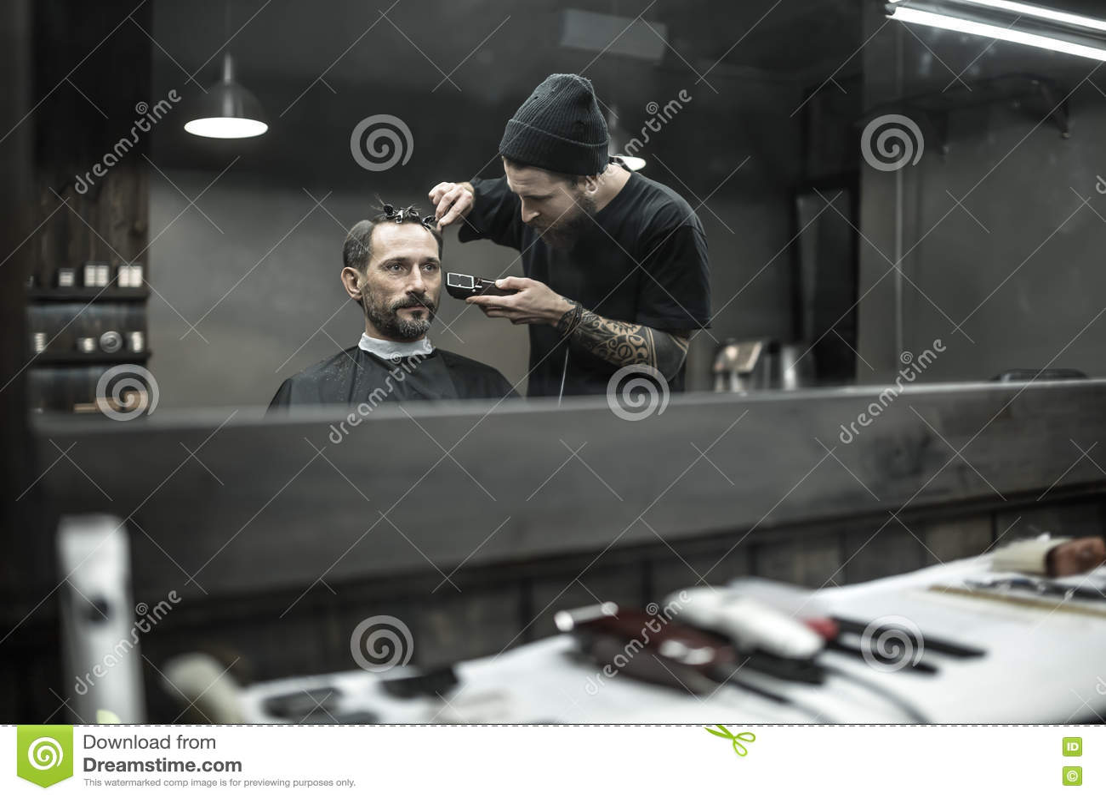 Tnący włosy w zakładzie fryzjerskim