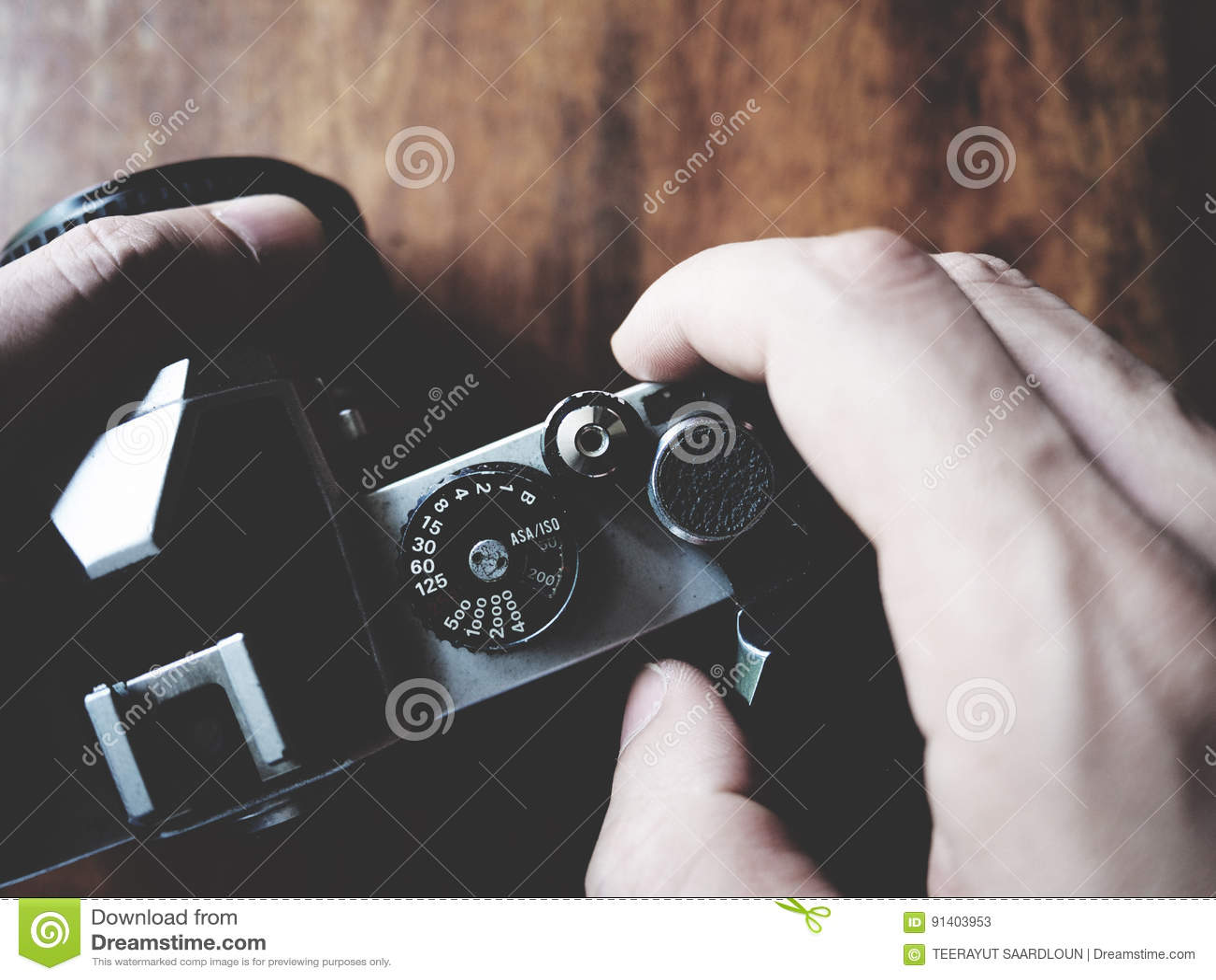 To jest rocznika kamera na drewnianym stole, żaluzja guzik, miękka tona