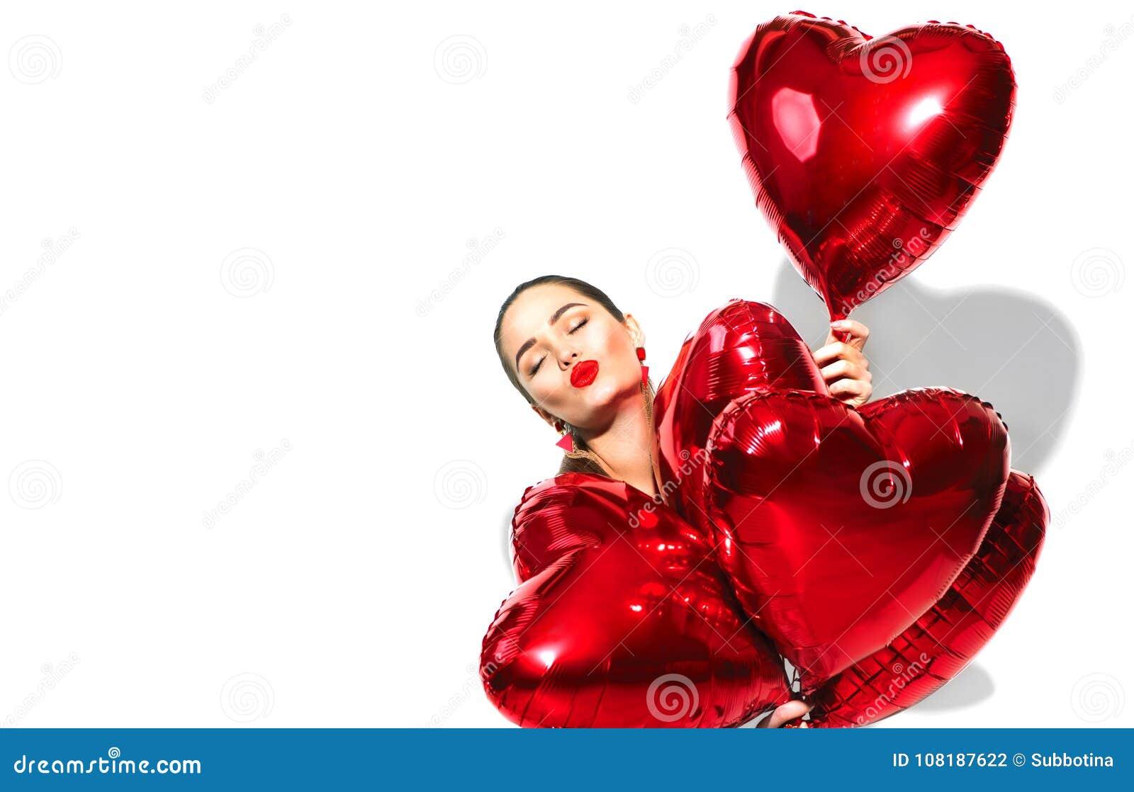 To walentynki dni Piękno dziewczyna z czerwonym sercem kształtował lotniczych balony ma zabawę, odizolowywającą na bielu