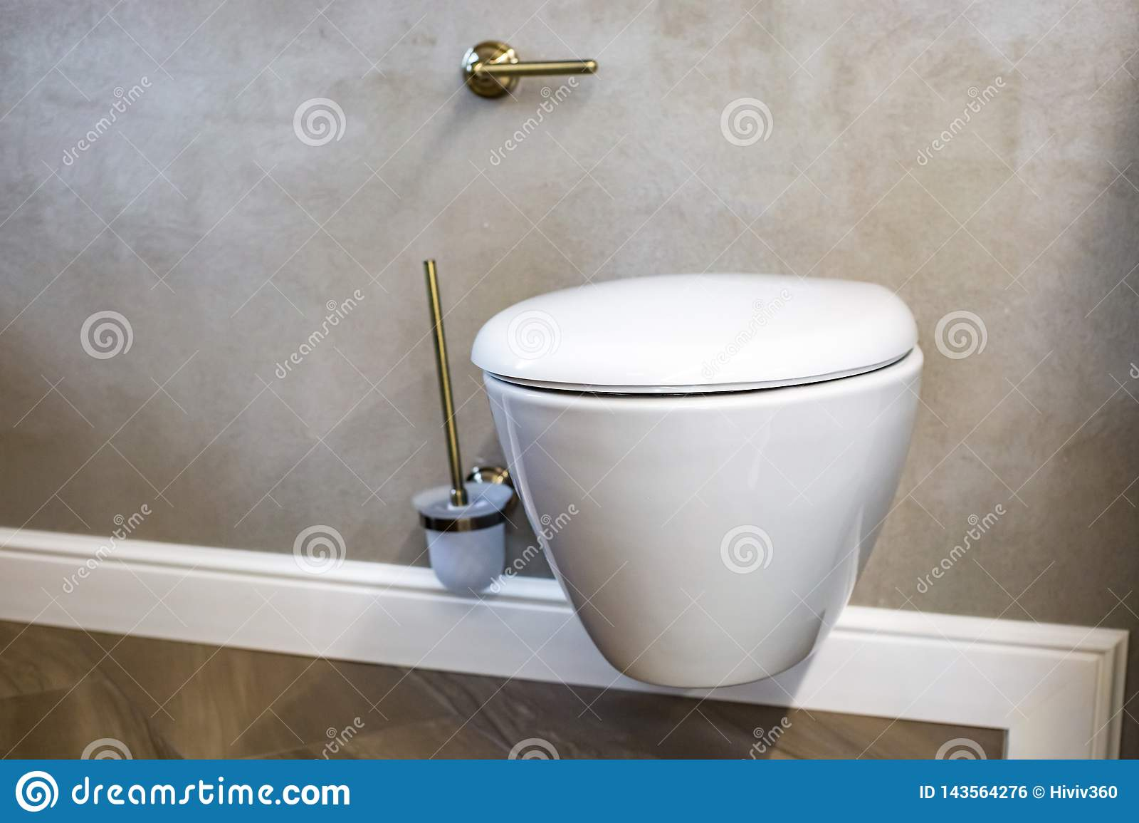 Toaleta i szczegół narożnikowy prysznic bidet z ścienną górą brać prysznić doczepianie