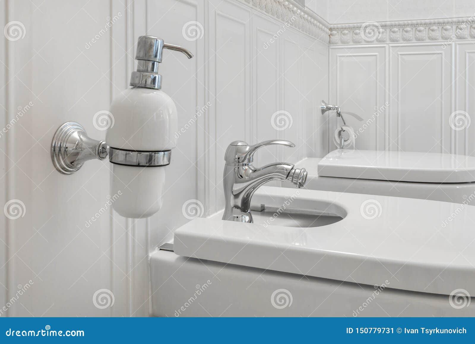 Toaleta i szczeg?? naro?nikowy prysznic bidet z aptekarkami na ?ciennej g?rze myd?a i szamponu bra? pryszni? doczepianie