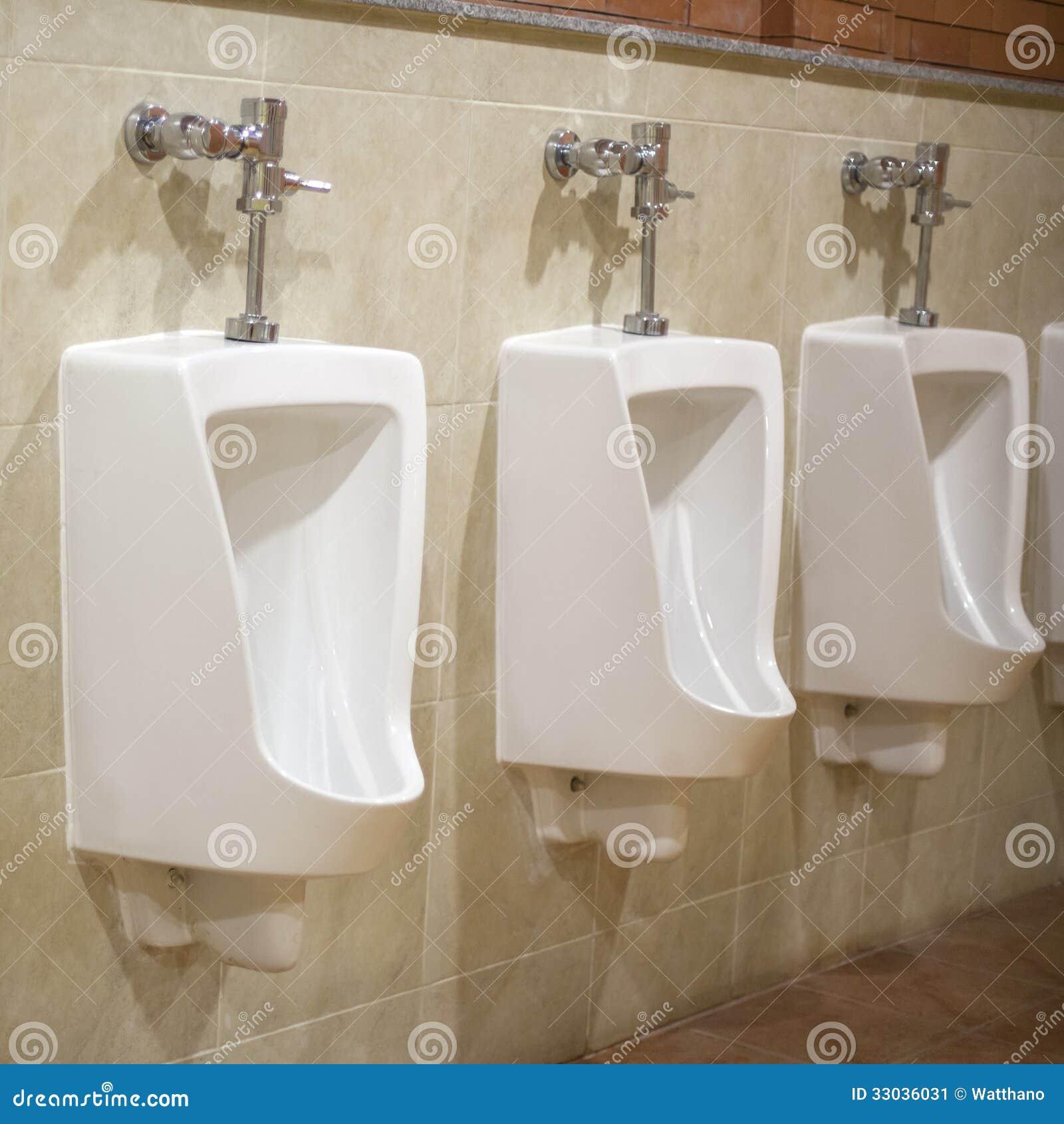 Toalete Cerâmico Branco Fixado Na Parede No Banheiro Telhado Marrom  #83A625 1300x1390 Banheiro Branco Com Marrom