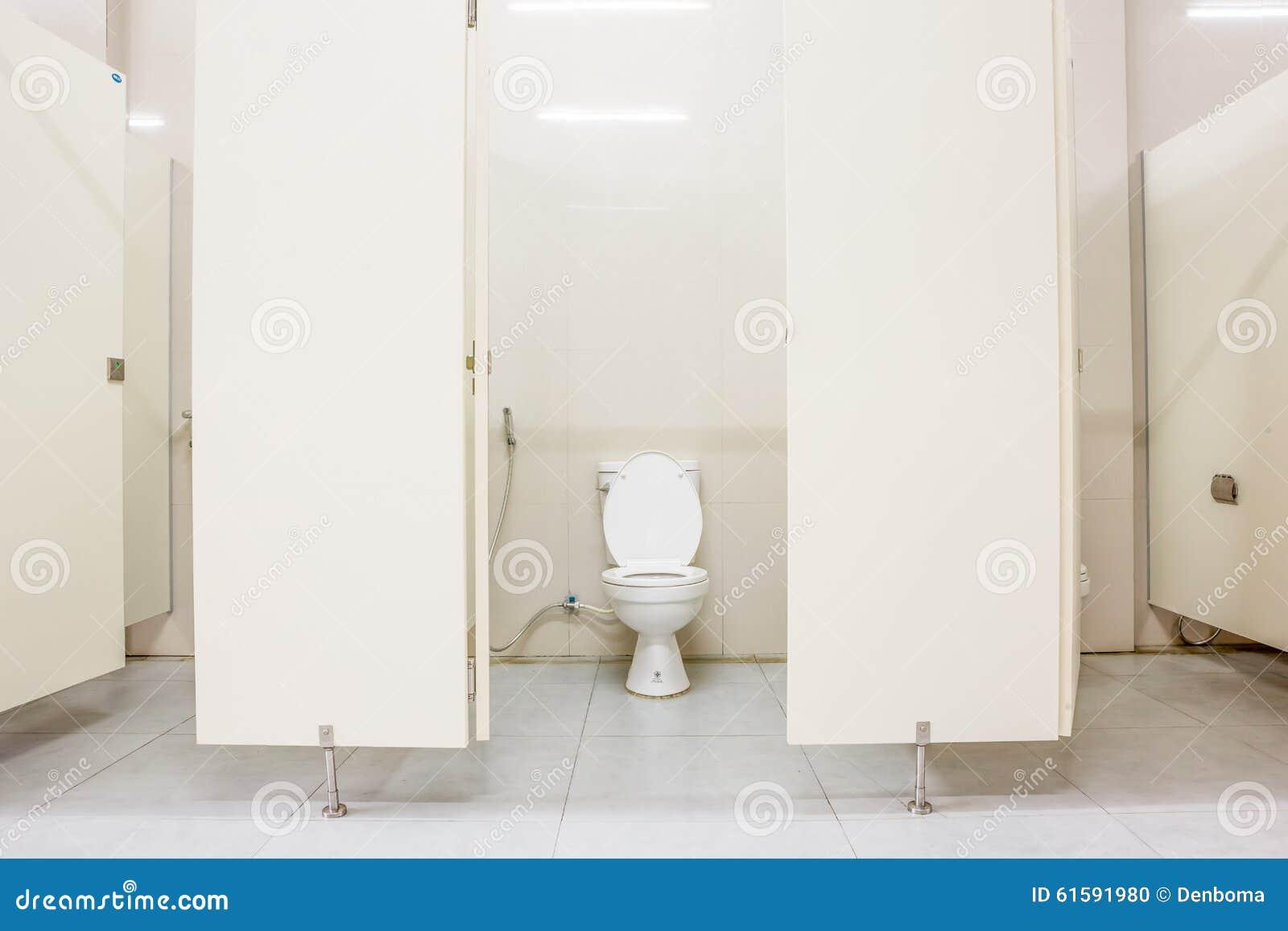 Toalete público e portas