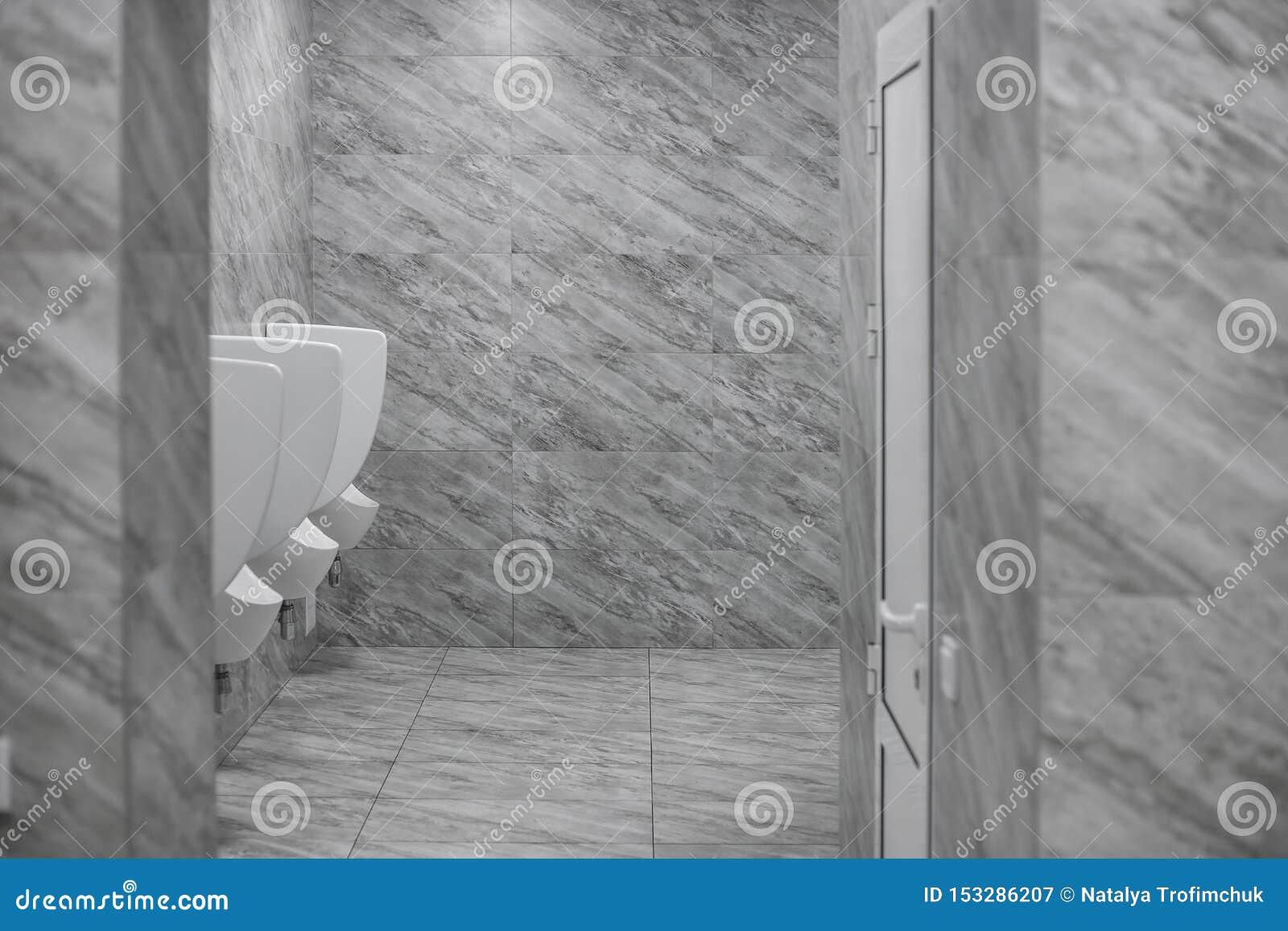 Toaletowy m??czyzna ` s pok?j Zamyka w górę rzędu plenerowych pisuarów mężczyzn jawna toaleta, zbliżenie biali pisuary w mężczyzn